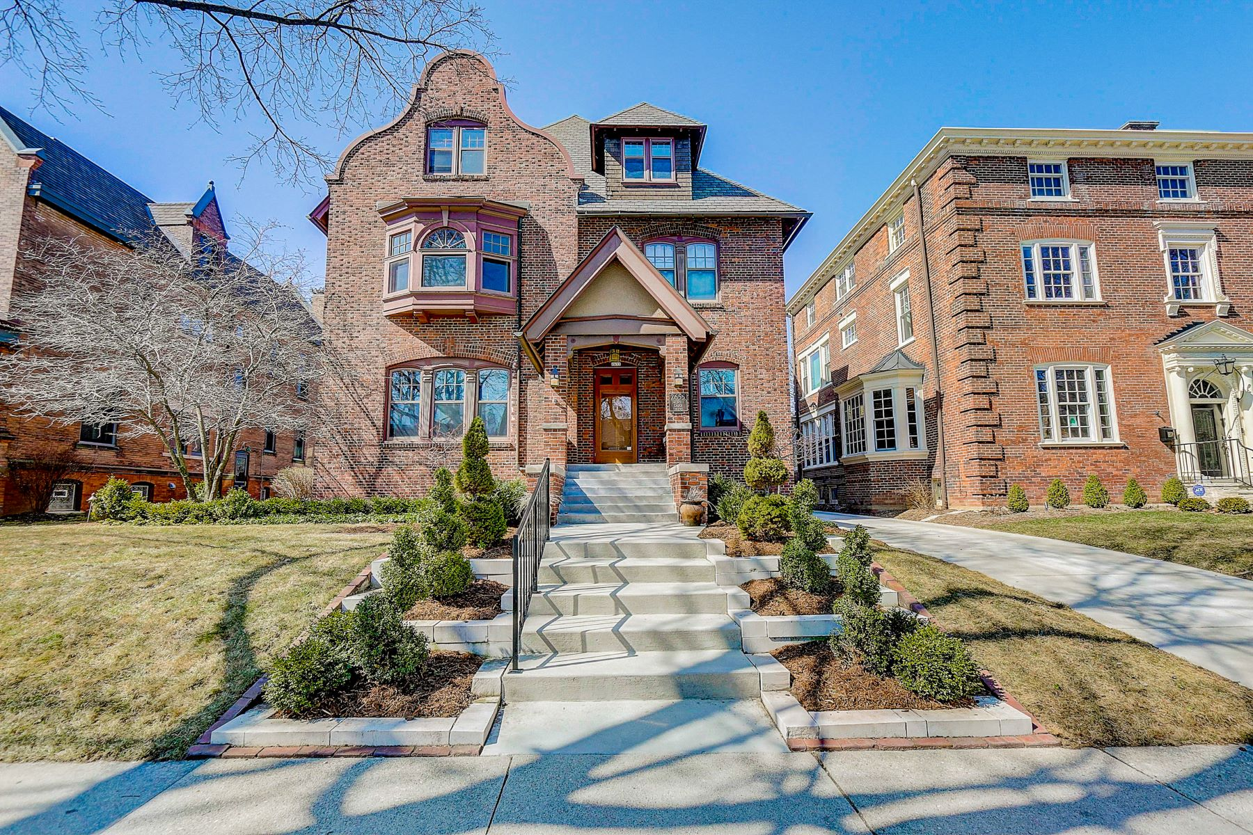 Single Family Homes 為 出售 在 Historic Restoration in the Water Tower District 2655 N. Lake Dr., Milwaukee, 威斯康辛州 53211 美國