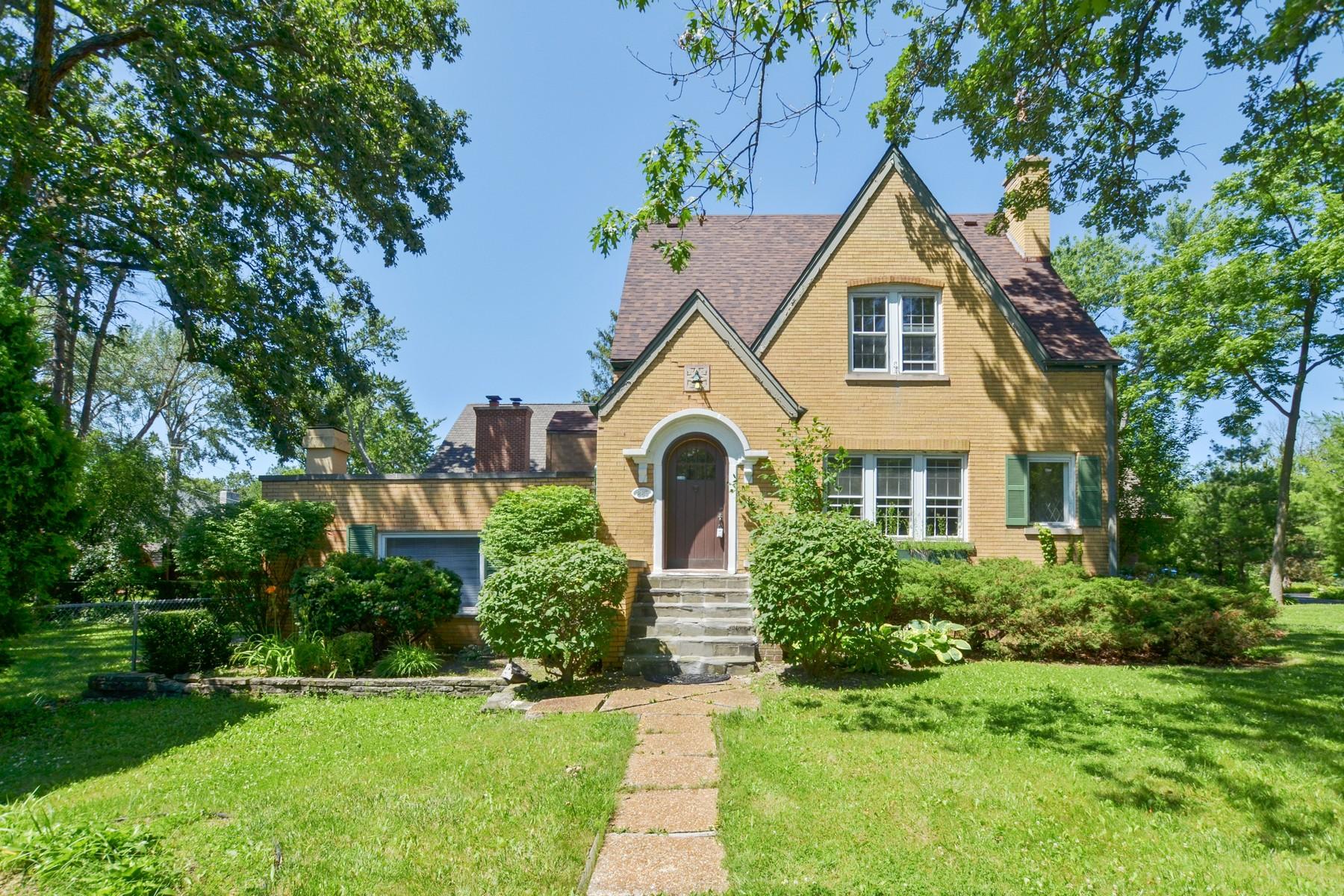 Частный односемейный дом для того Продажа на Charming English Tudor 885 County Line Road Highland Park, Иллинойс, 60035 Соединенные Штаты