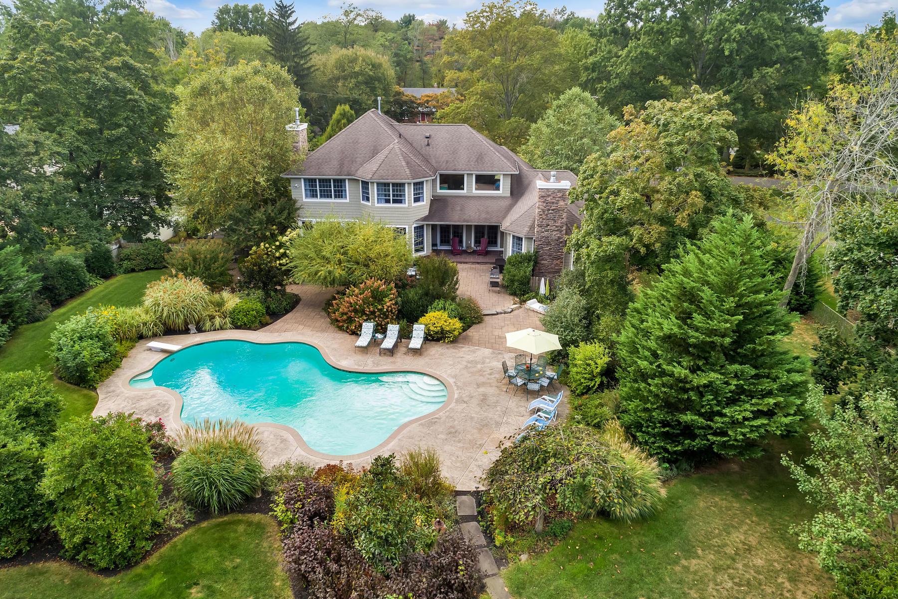 Single Family Homes 为 销售 在 Paradise Found in Chapel Hill 45 Farm Road, 米德尔敦, 新泽西州 07748 美国