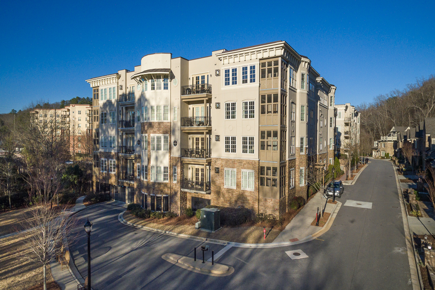 Condominio por un Venta en Amazing Condo Views of Chattahoochee River 100 Riversedge Drive Unit 124 Atlanta, Georgia, 30339 Estados Unidos