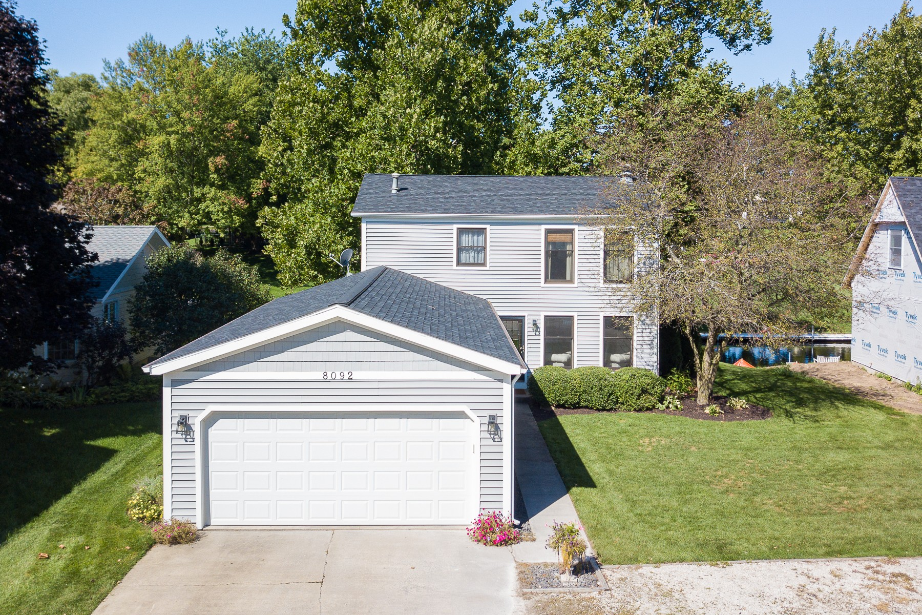 Single Family Homes 为 销售 在 Affordable Lake Wawasee Living 8092 E Quiet Harbor Dr Syracuse, 印第安纳州 46567 美国