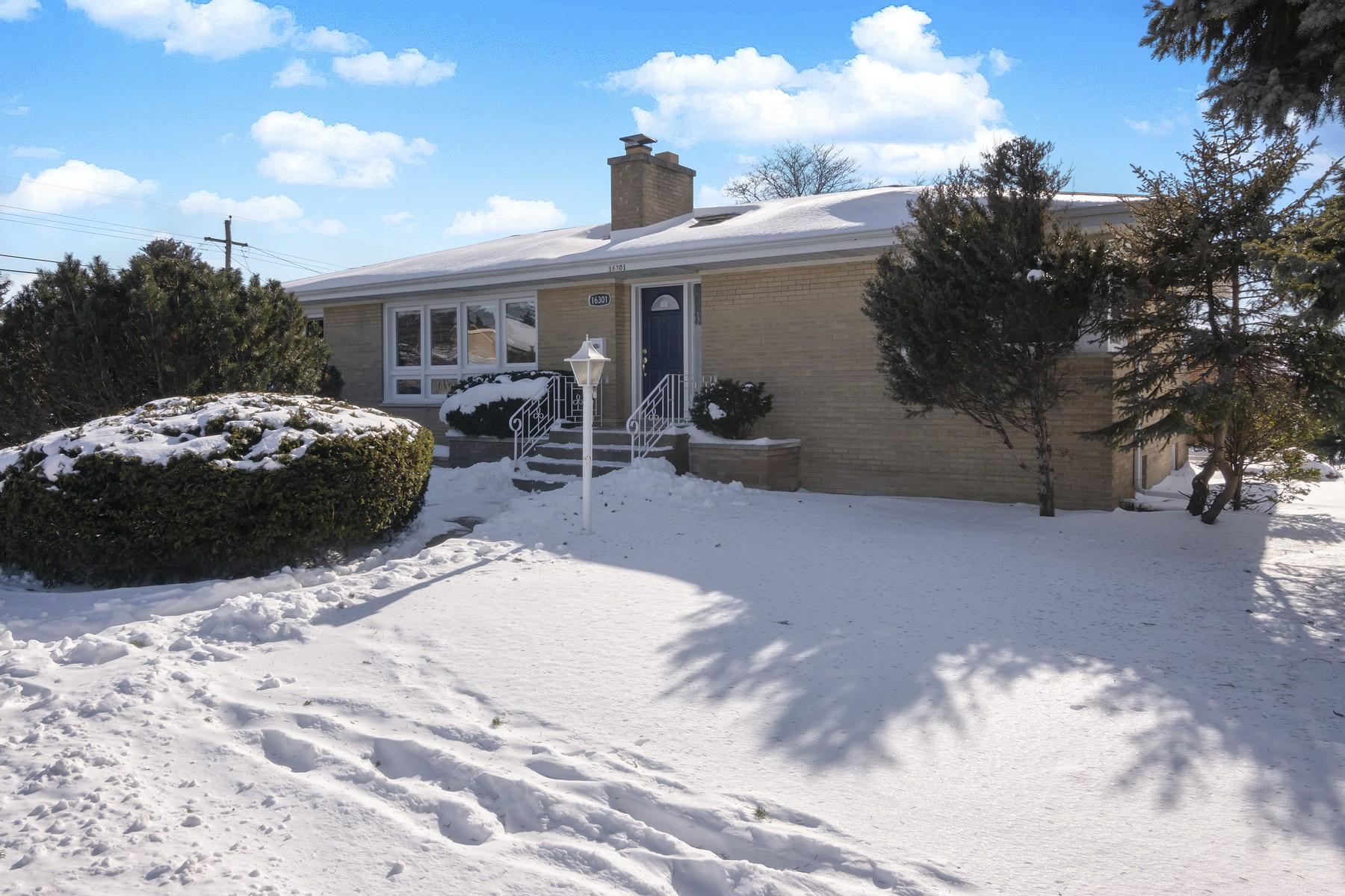 Частный односемейный дом для того Продажа на Oversized Brick Ranch on Corner Lot 16301 Greenwood Avenue South Holland, Иллинойс 60473 Соединенные Штаты