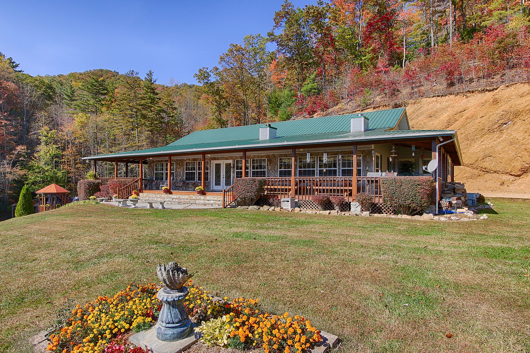 Single Family Home for Sale at Spectacular Mountain Views 2338 Waters Branch Road Laurel Bloomery, Tennessee 37680 United States