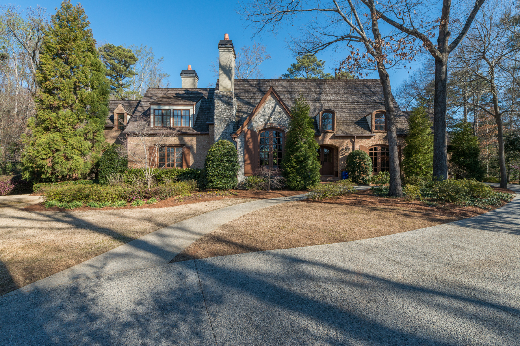独户住宅 为 销售 在 Sandy Springs Sophistication On One Acre 102 Kingston Manor 桑迪, 乔治亚州, 30342 美国