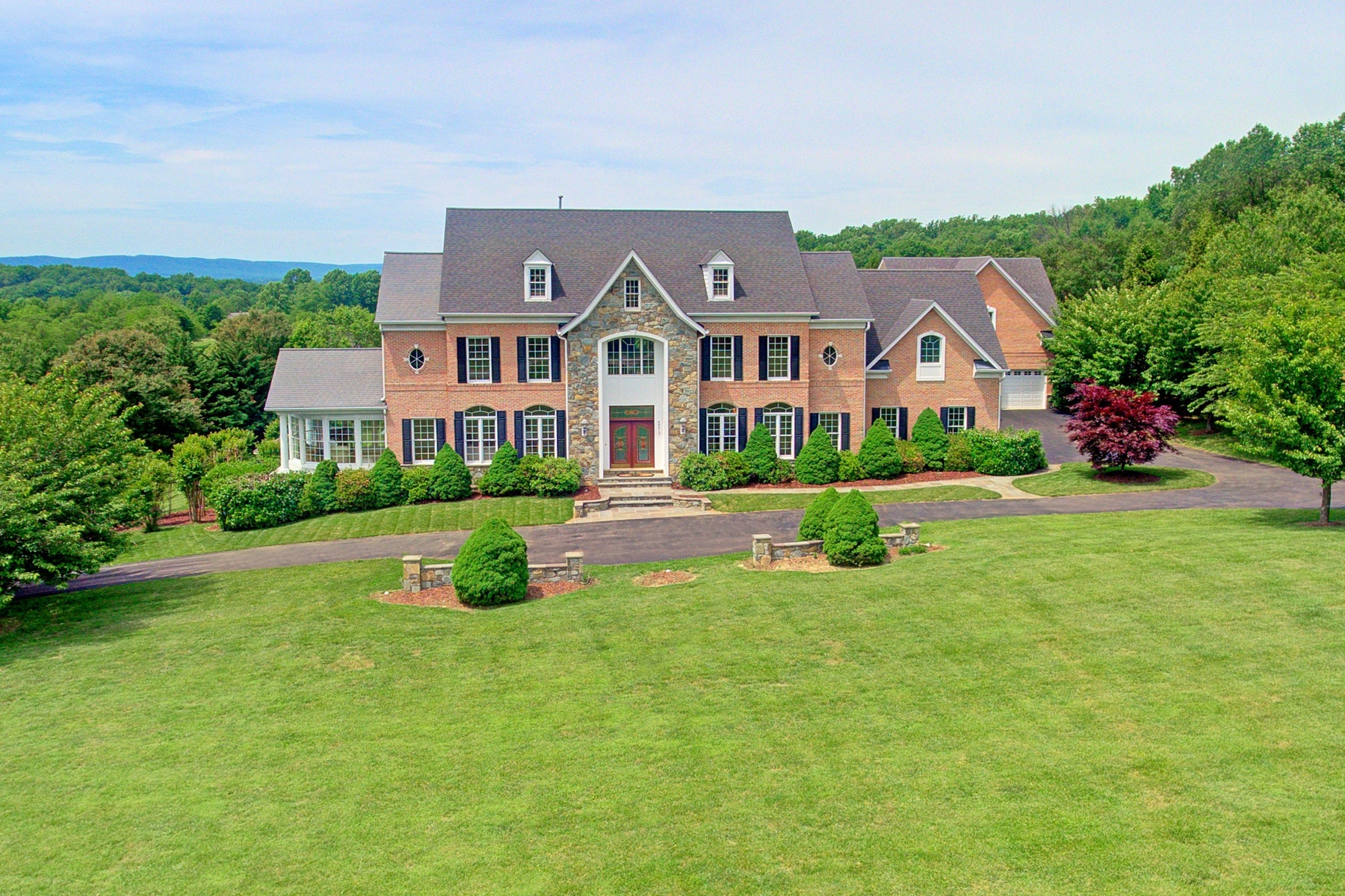 Single Family Homes pour l Vente à Spectacular Views on Spectacular Bid Place 40412 Spectacular Bid Place Leesburg, Virginia 20176 États-Unis