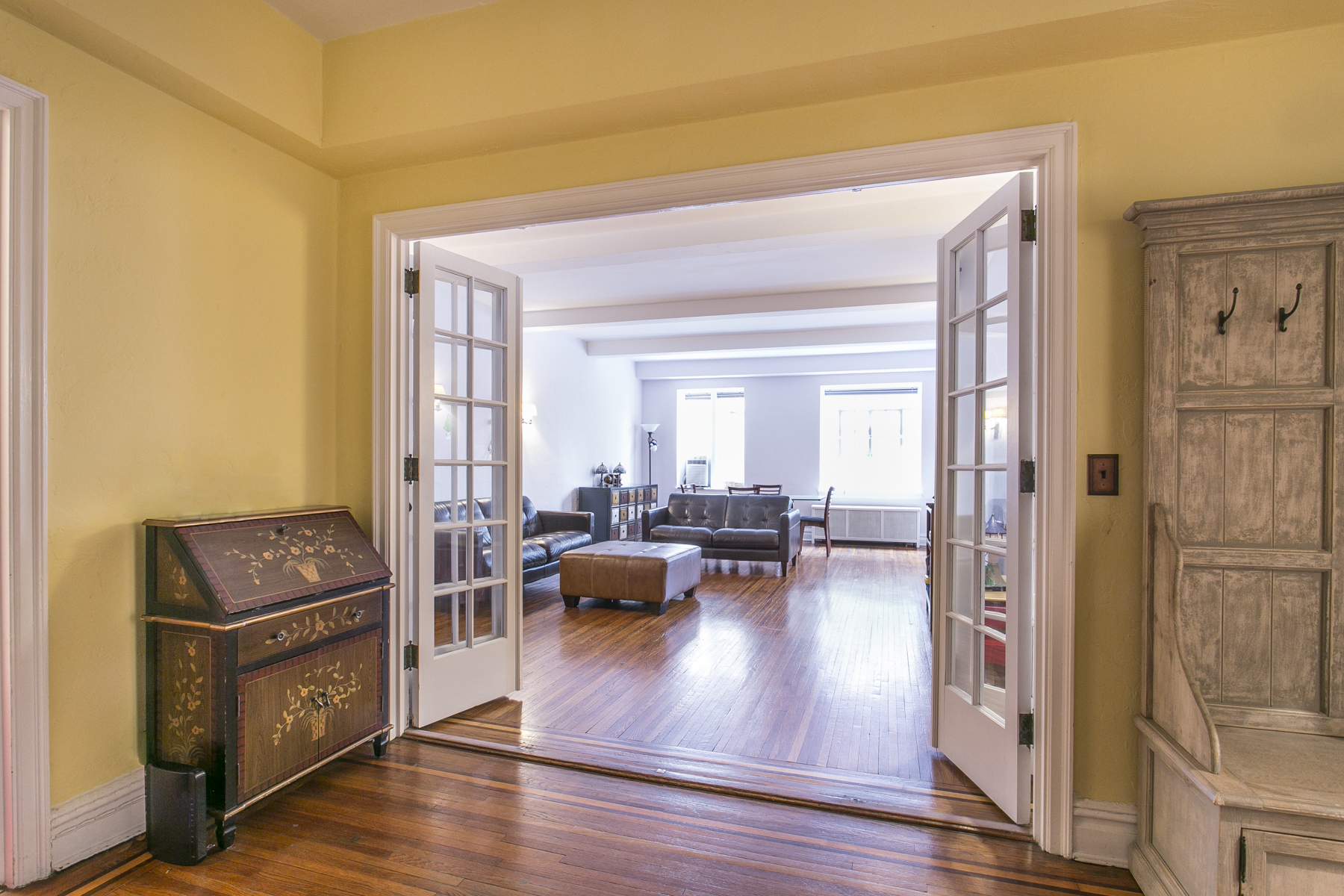 """Additional photo for property listing at """"SPACIOUS COOP APARTMENT WITH GARDEN VIEWS"""" 10 Holder Place, Apt 1B Forest Hills Gardens, 森林山, 纽约州 11375 美国"""