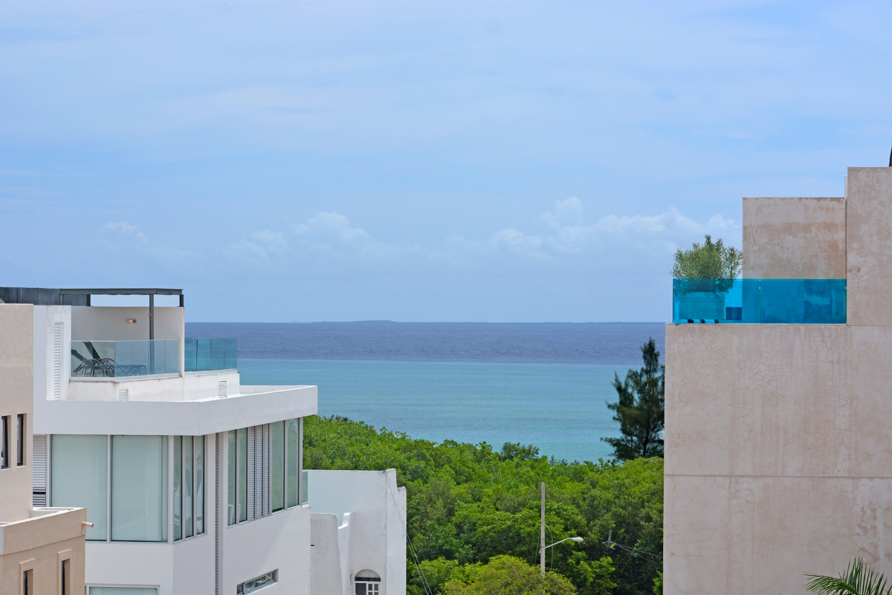 Additional photo for property listing at ESPACIOSO 3 RECÁMARAS A 2 PASOS DE LA PLAYA Gorgeous large 3 bedroom 2 steps from the beach Lot 006, 1st. North Avenue, Mza. 157, between 40th & 42th North streets Playa Del Carmen, Quintana Roo 77710 México