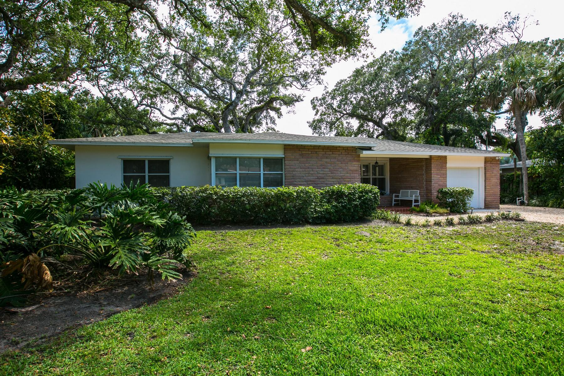 Casa para uma família para Venda às Prime Central Beach Location 640 Fiddlewood Road Vero Beach, Florida, 32963 Estados Unidos