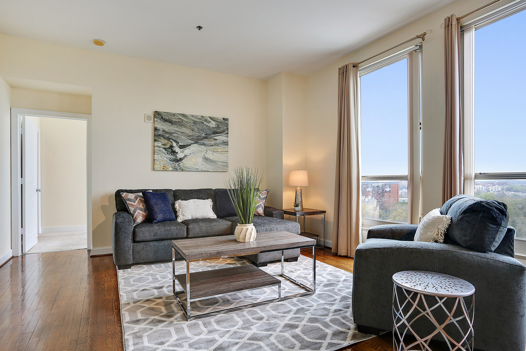 Piso por un Venta en Fabulous Downtown Views In Upscale Two Bedroom Condominium 2626 Peachtree Road NW Unit 1403 Atlanta, Georgia, 30305 Estados Unidos