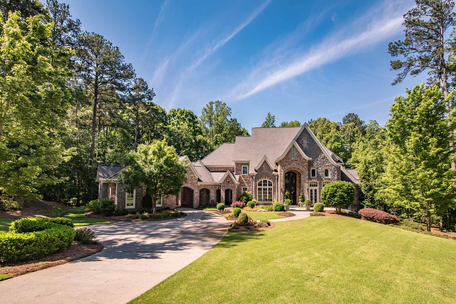 Vivienda unifamiliar por un Venta en Majestic Masterpiece In The Manor Golf And Country Club 3125 Manor Bridge Drive Milton, Georgia 30004 Estados Unidos
