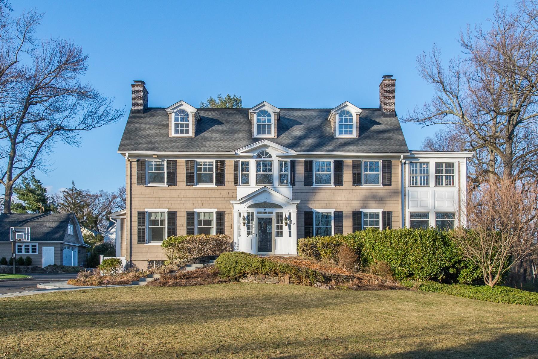 Maison unifamiliale pour l Vente à Magnificently Renovated Colonial 125 Lorraine Avenue, Montclair, New Jersey 07043 États-Unis