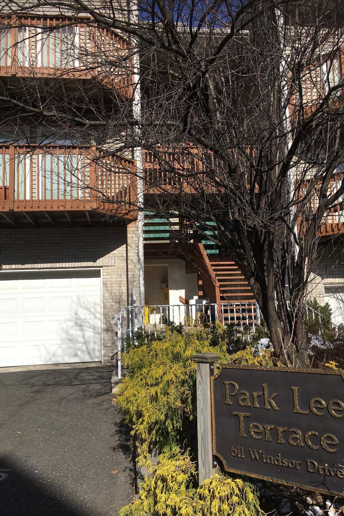 Maison accolée pour l Vente à Beautiful corner unit at Park Lee Terrace 613 Windsor Drive #1 Palisades Park, New Jersey 07650 États-Unis