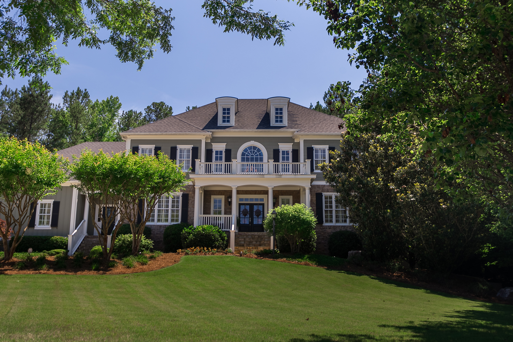 Casa Unifamiliar por un Venta en Pure Elegance In Highgrove With Pool And Finished Basement 635 Saint Charles Place Fayetteville, Georgia, 30215 Estados Unidos