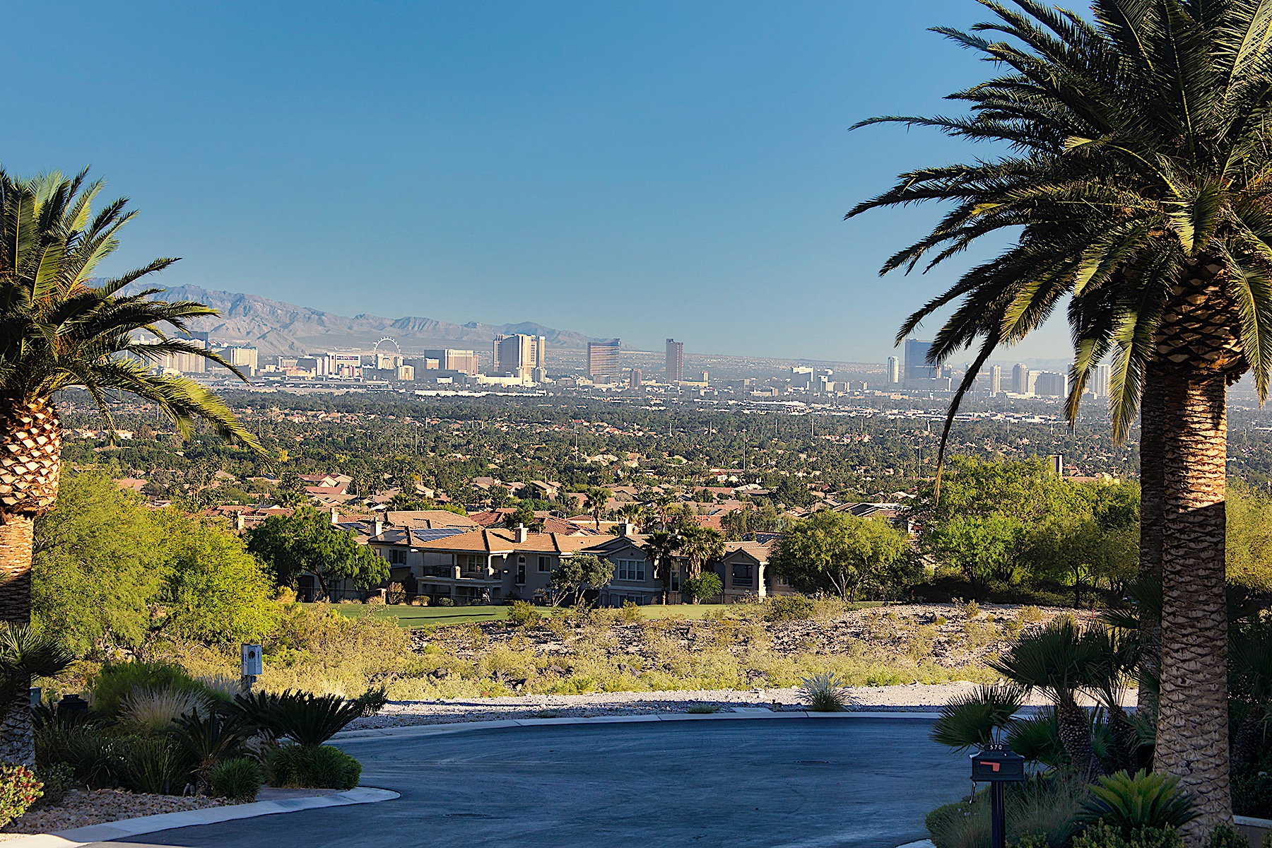 Terrain pour l Vente à 1 Acre Strip View Bluff at MacDonald Highlands on Double Fairway Location 561 Lairmont Pl Henderson, Nevada, 89012 États-Unis