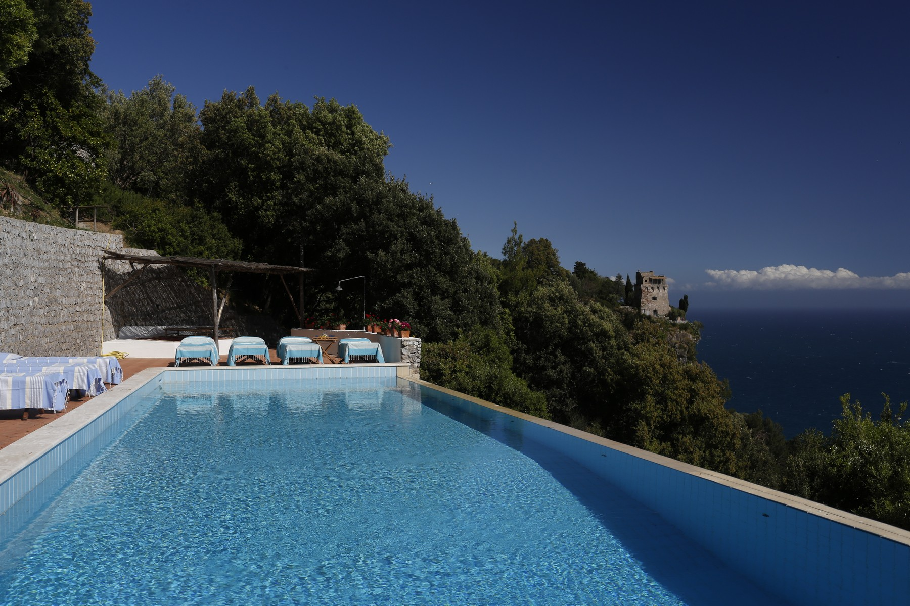 Additional photo for property listing at Villa pied dans l'eau in Amalfi coast  Maiori, Salerno 84100 Italie
