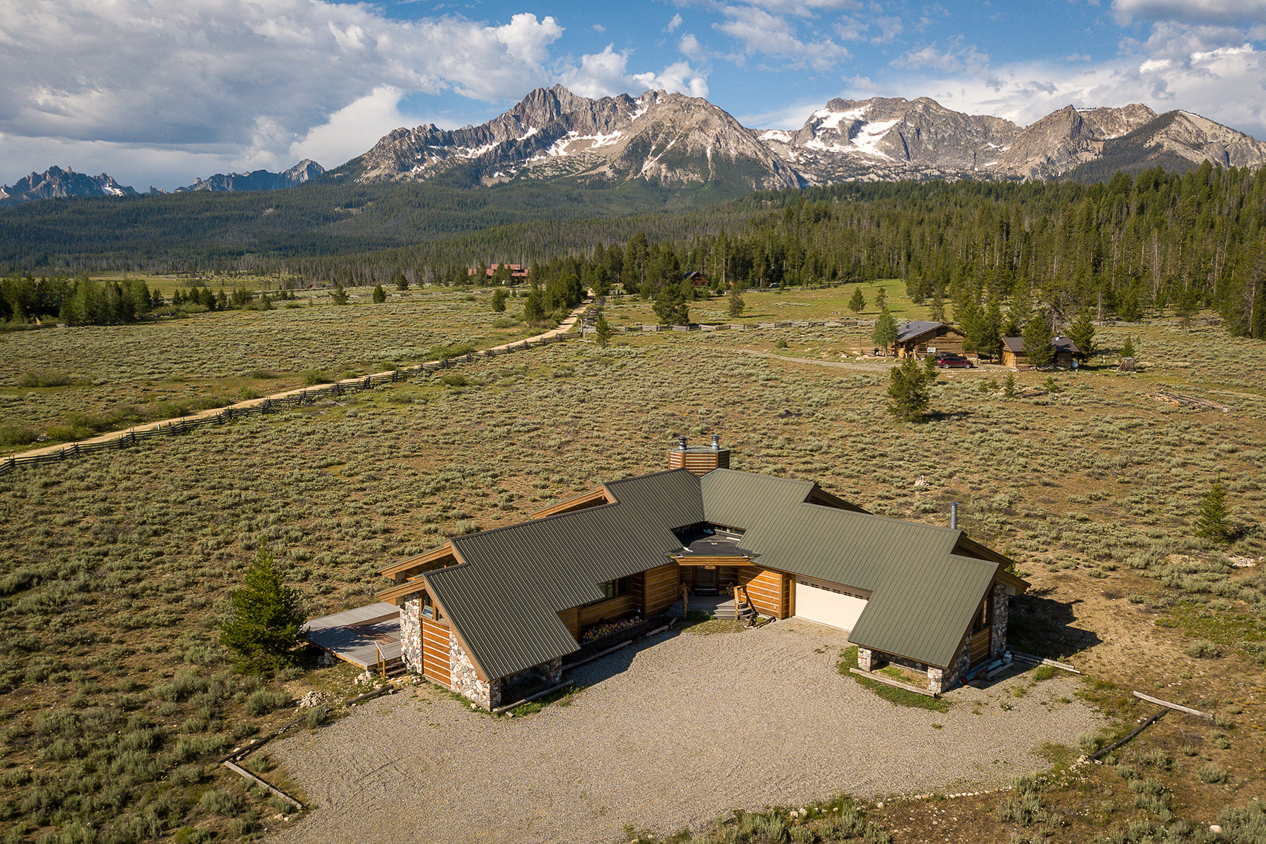 Single Family Homes pour l Vente à Spectacular Sawtooth Home 475 Goat Creek Way Stanley, Idaho 83278 États-Unis