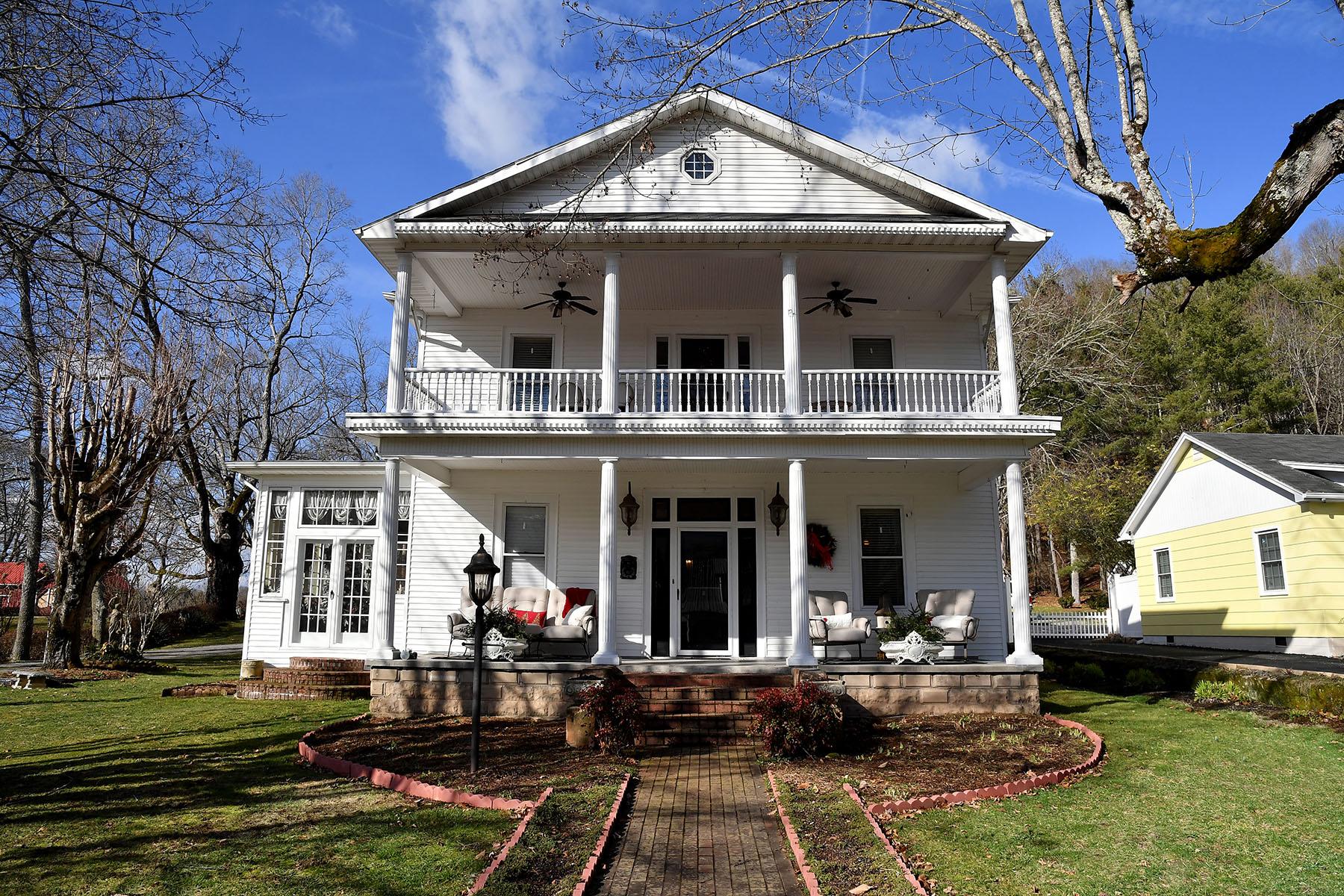 Single Family Homes pour l Vente à MOUNTAIN CITY 323 N Church St, Mountain City, Tennessee 37683 États-Unis