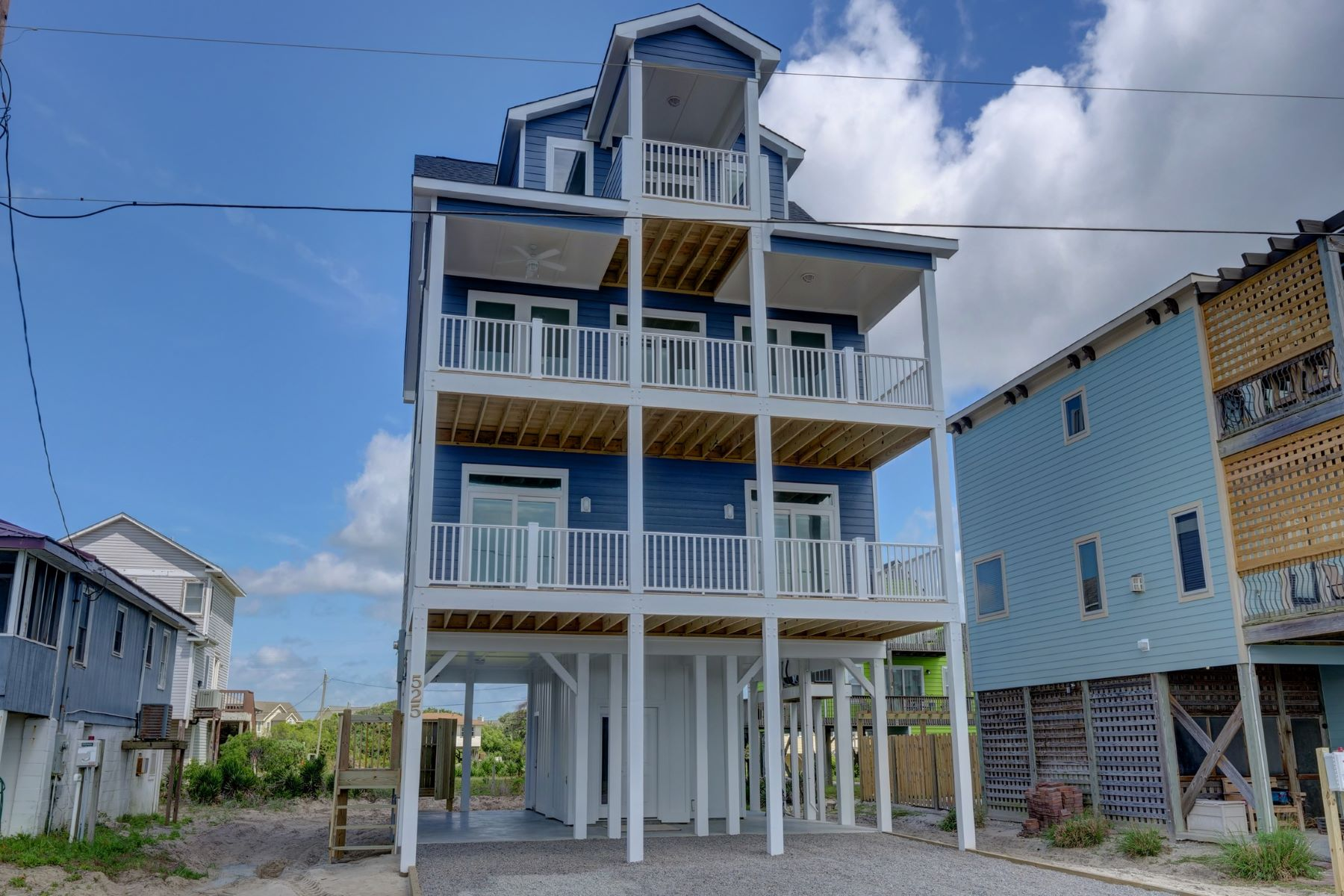 Single Family Homes 为 销售 在 Extraordinary Beach House with Ocean Views 2621 S Shore Drive, Surf City, 北卡罗来纳州 28445 美国