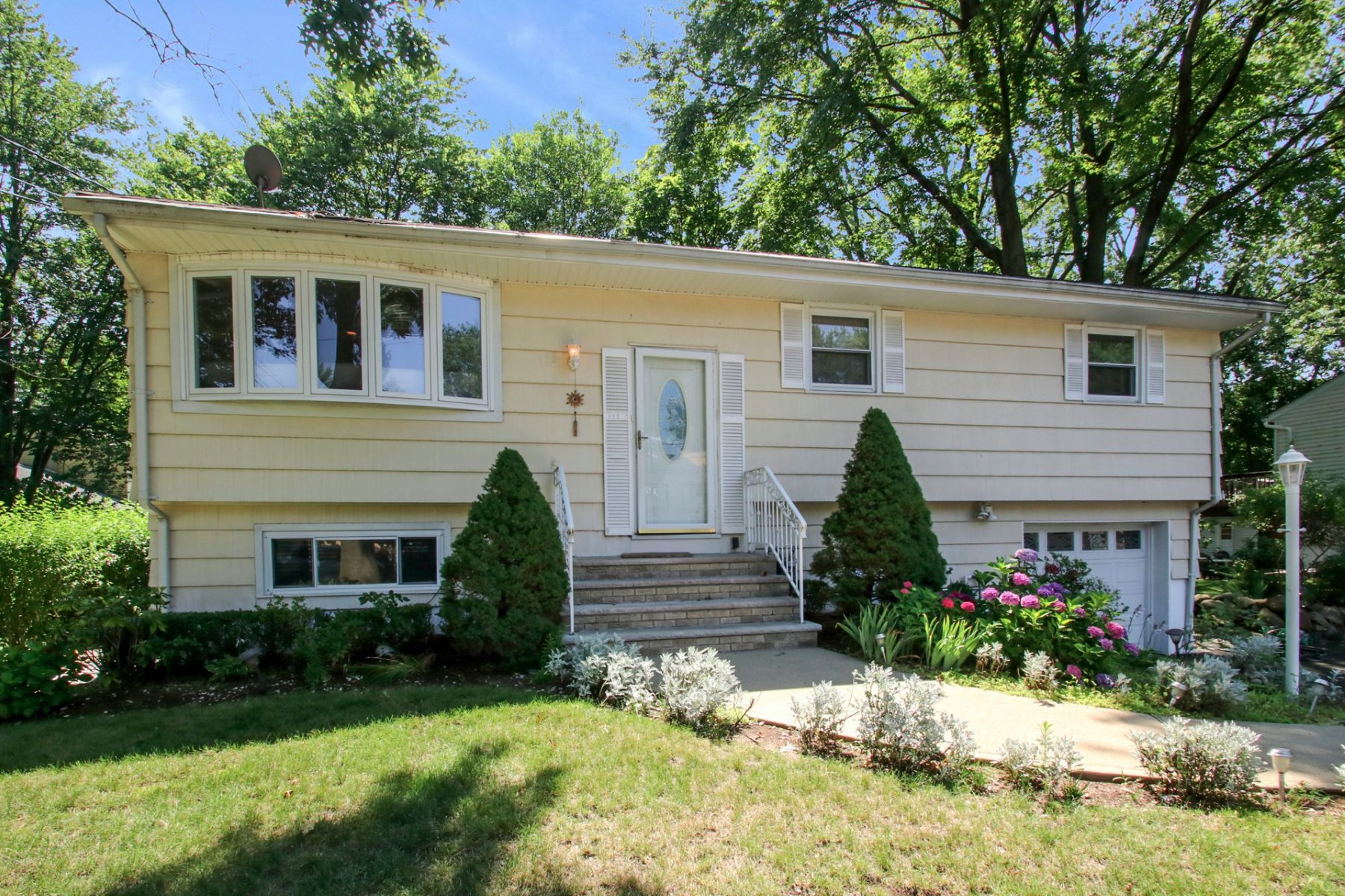 Maison unifamiliale pour l Vente à Completely Renovated 172 Washington St Northvale, New Jersey 07647 États-Unis
