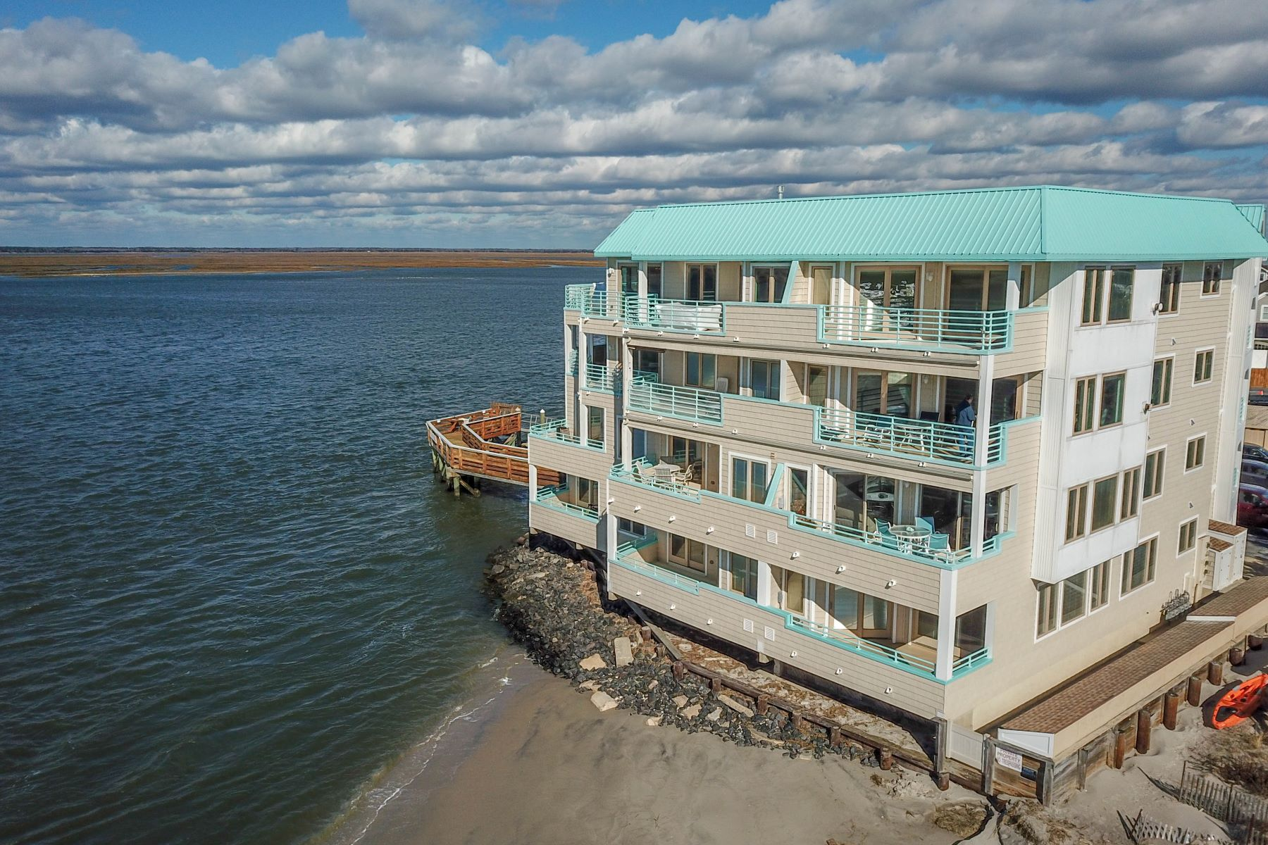 Condominiums 为 销售 在 Paradise Views! 9400 Roberts Avenue Unit 405, Sea Isle City, 新泽西州 08243 美国