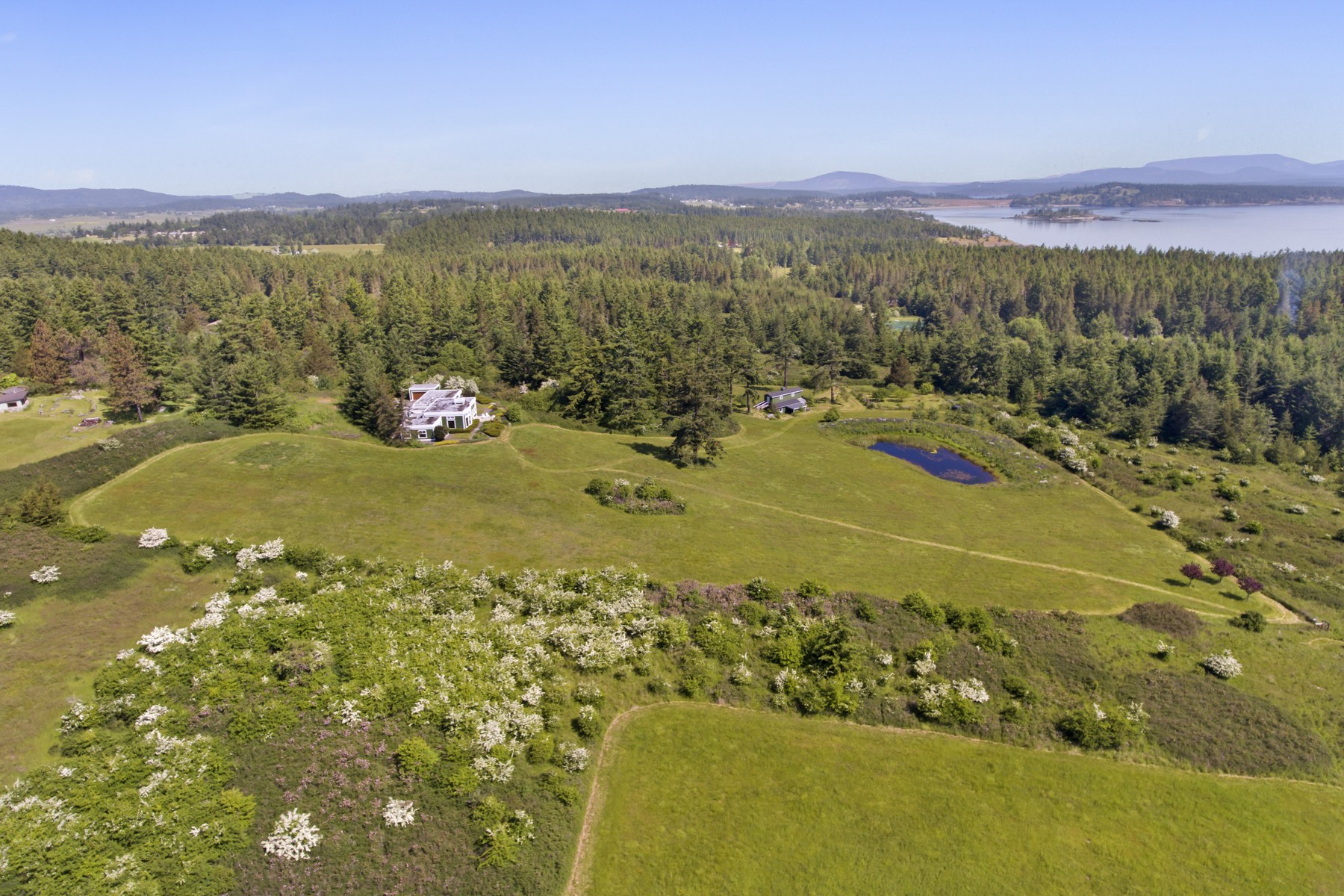 Maison unifamiliale pour l Vente à Spacious Home with Panoramic Views and Acreage 144 Jensen Bay Road Friday Harbor, Washington 98250 États-Unis