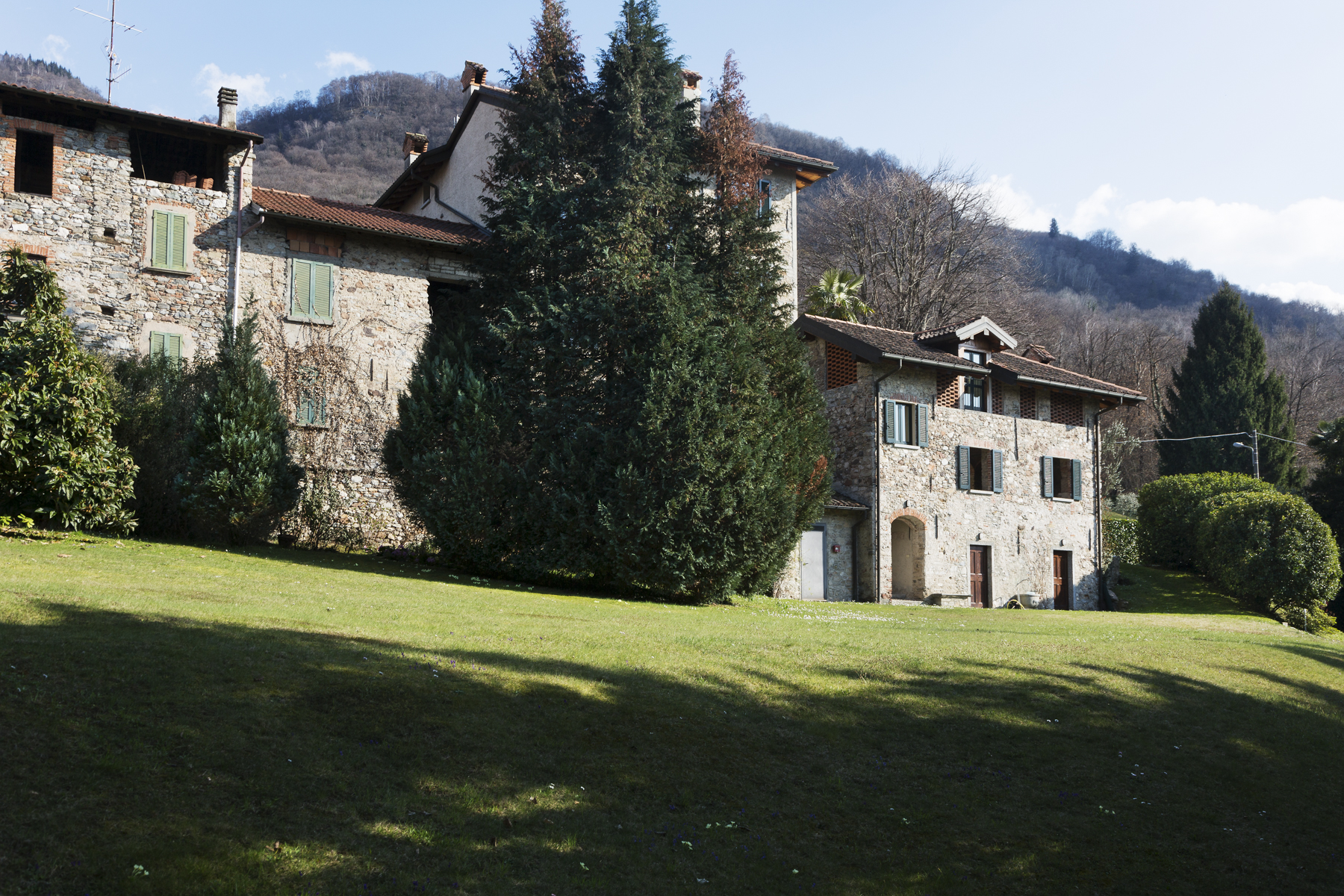 Additional photo for property listing at Unique Country Home on the Lake Maggiore shore Via Unica Porto Valtravaglia, Varese 21010 Italien