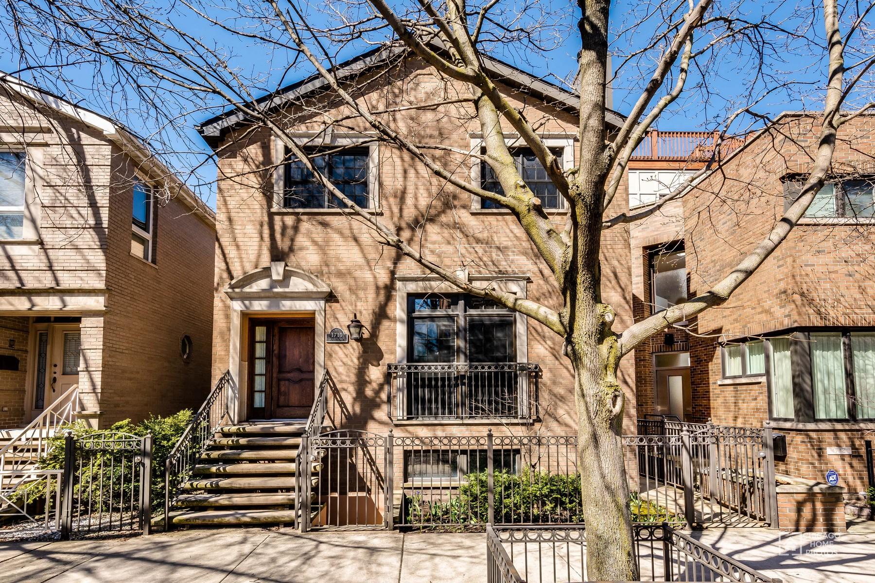 Maison unifamiliale pour l Vente à Outstanding Extra-Wide Home 1710 N Burling Street Chicago, Illinois, 60614 États-Unis