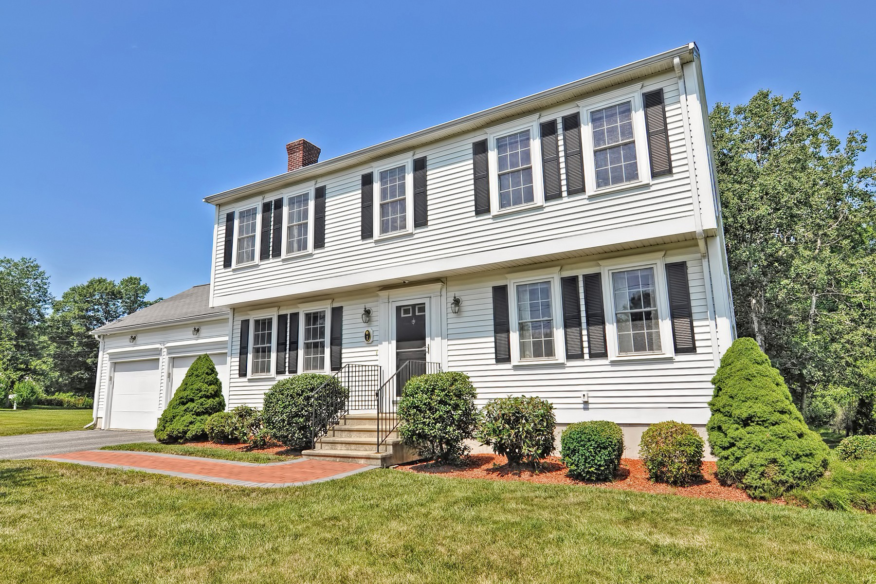 Single Family Homes 为 销售 在 Lovely Colonial In An Established Neighborhood 1 Primrose Lane, Millbury, 马萨诸塞州 01527 美国