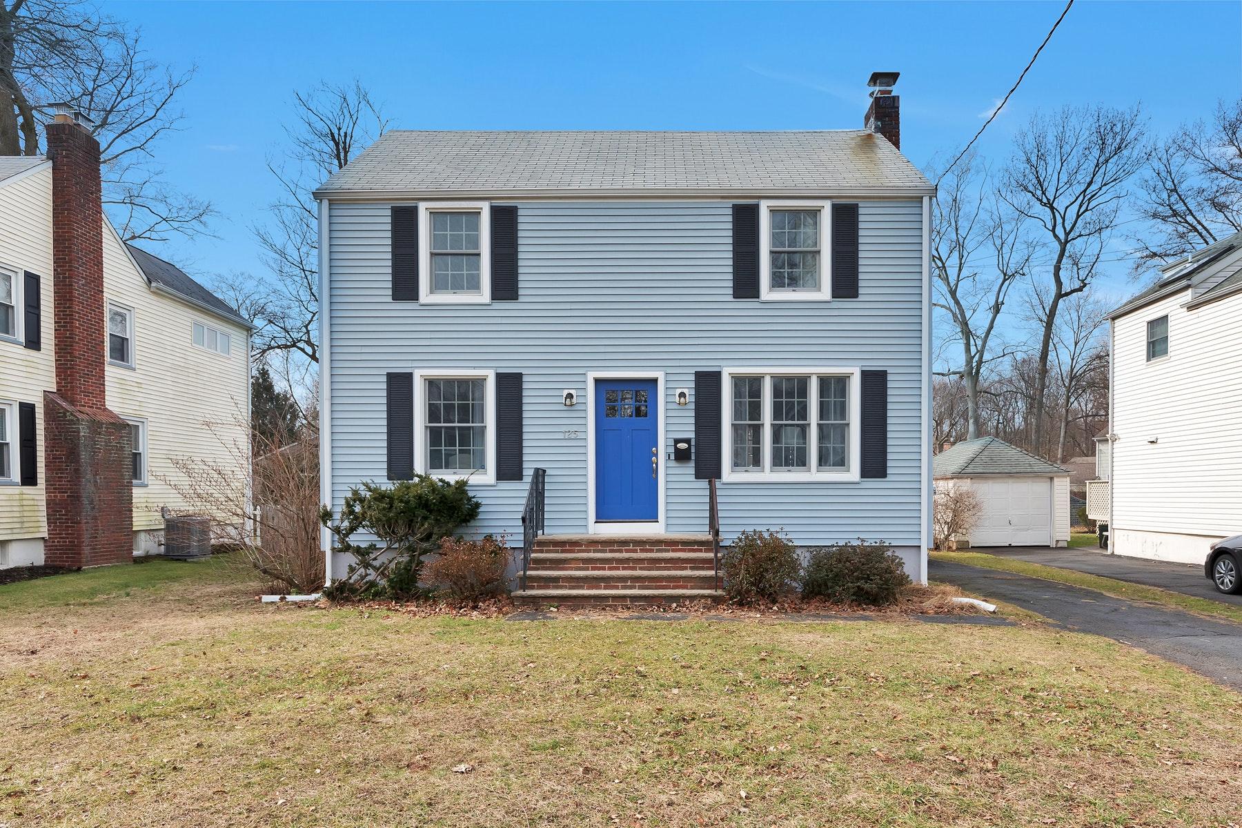 Single Family Homes por un Venta en Charming Norhside Colonail 125 Herning Avenue Cranford, Nueva Jersey 07016 Estados Unidos