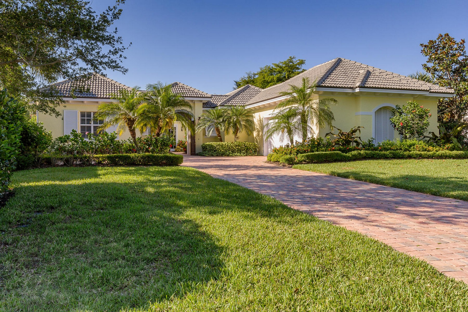 Single Family Home for Sale at Elegant and Gorgeous Courtyard Home 280 Lakeview Way Vero Beach, Florida, 32963 United States