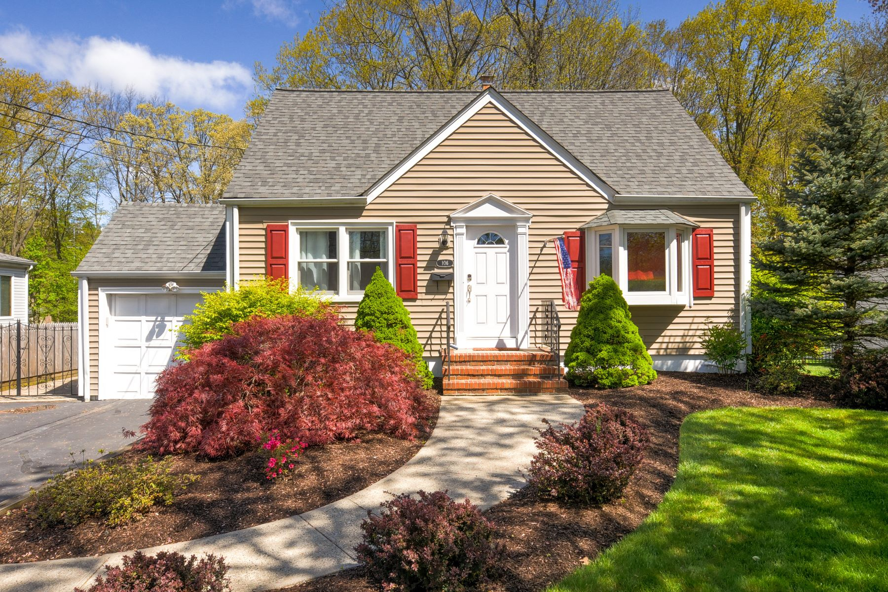 Single Family Homes for Sale at Charming Cape Cod 106 Commonwealth Avenue New Providence, New Jersey 07974 United States