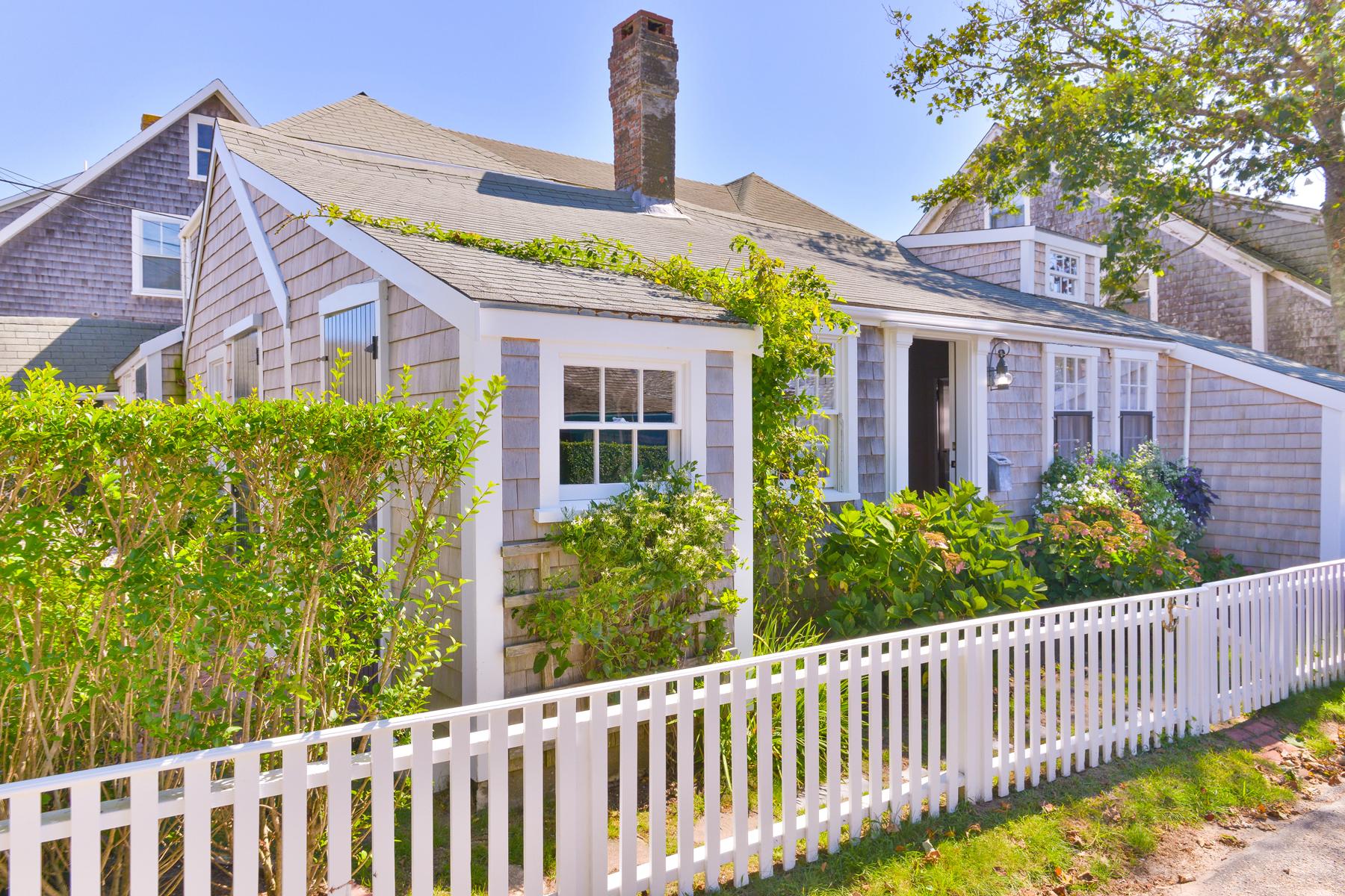 Single Family Homes por un Venta en Quintessential Sconset Cottage 19 Broadway Siasconset, Massachusetts 02546 Estados Unidos