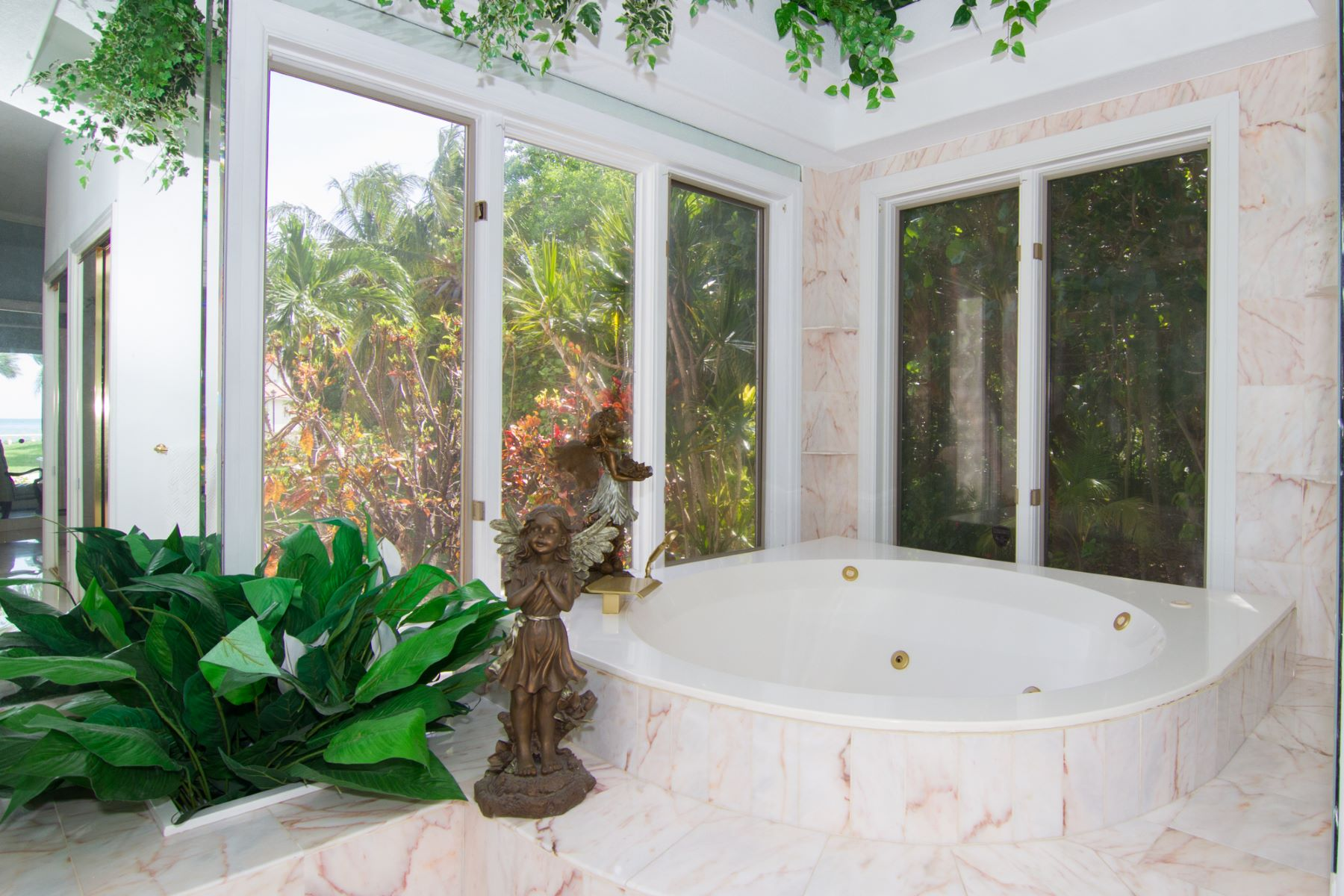 Additional photo for property listing at Luxurious ocean front villa Other Cayman Islands,  Cayman Islands
