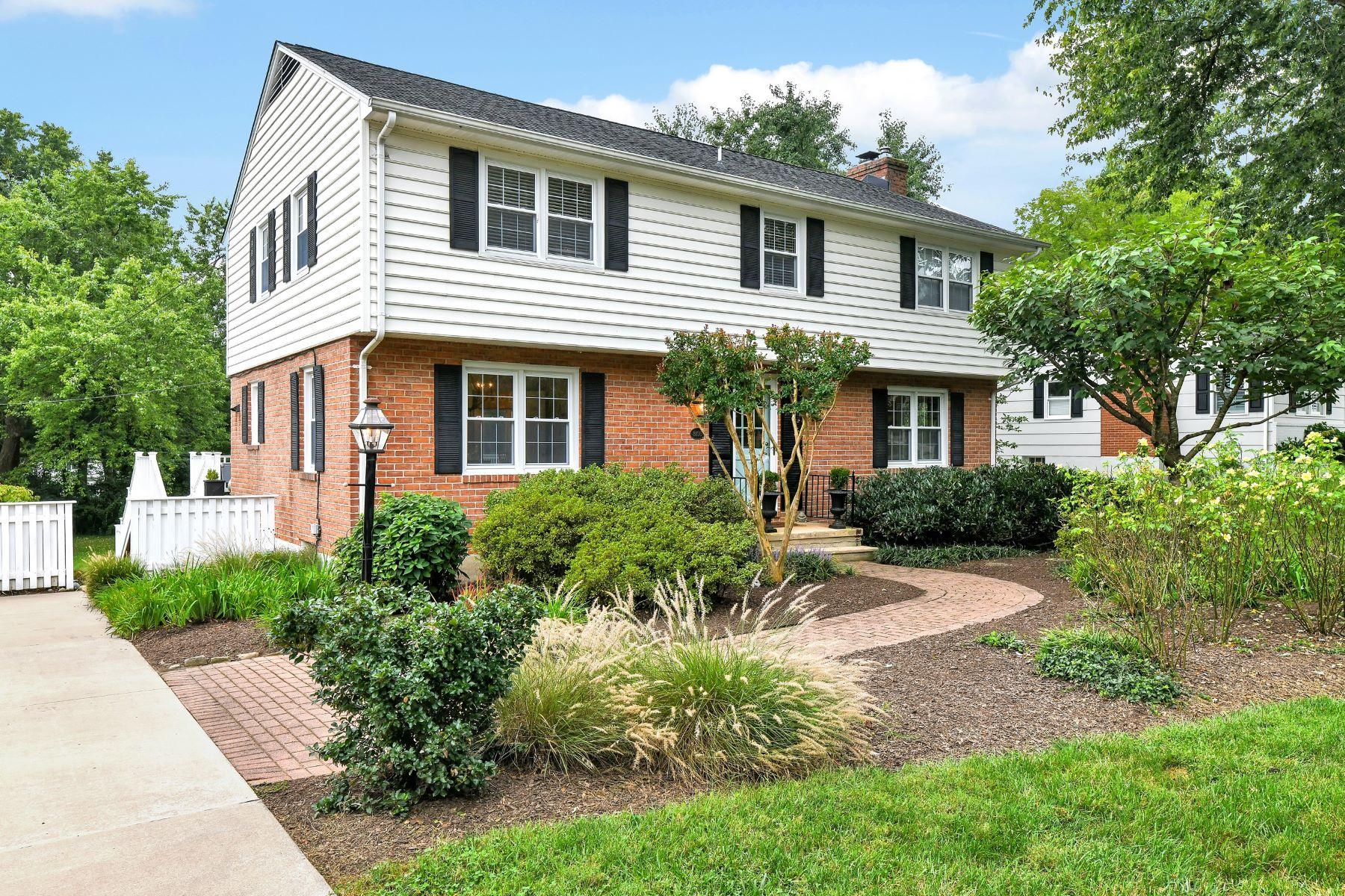Single Family Homes por un Venta en Impeccable Village Green Colonial 8105 Halton Road Towson, Maryland 21204 Estados Unidos