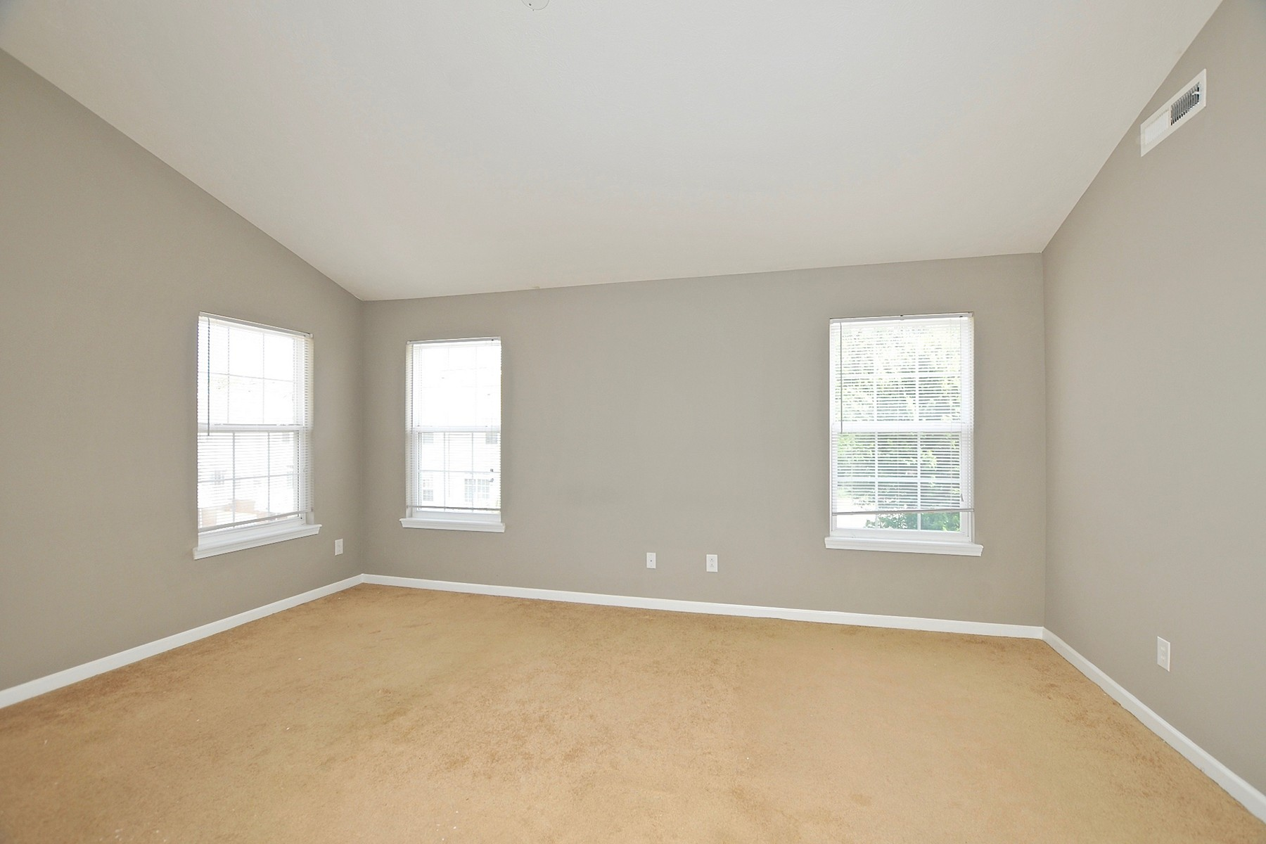 Additional photo for property listing at Immaculate End-Unit Townhome 1135 Cavendish Carmel, Indiana 46032 Estados Unidos