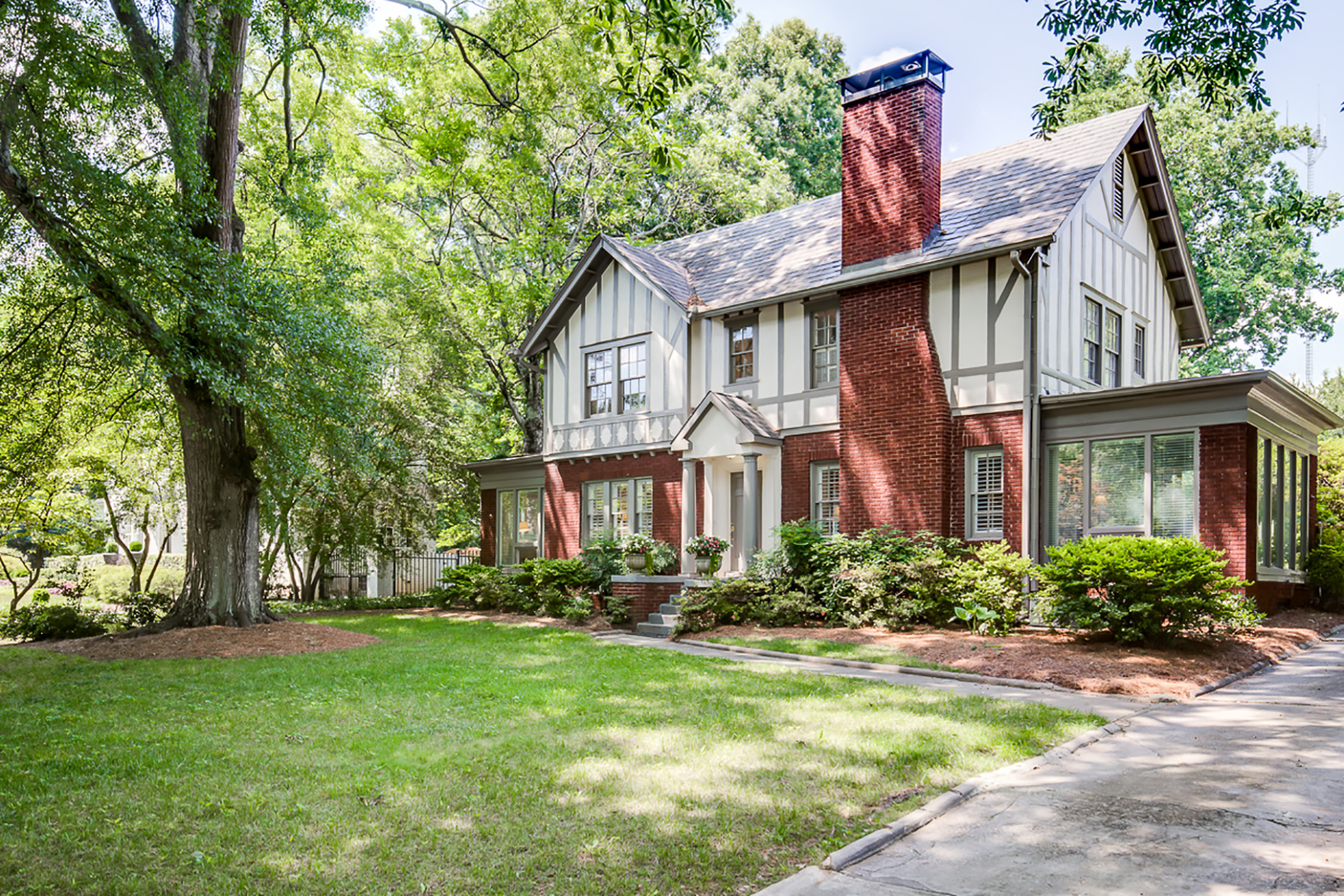 Additional photo for property listing at This Winsome 1929 Tudor Will Captivate You With Its Architectural Charm 1338 N Decatur Road NE Atlanta, Georgia 30306 Hoa Kỳ
