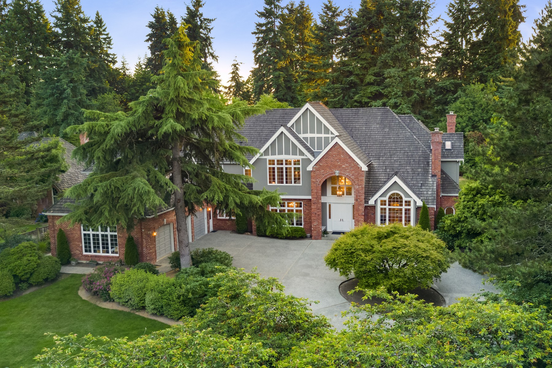 Maison unifamiliale pour l Vente à Architecturally Distinct Hollywood Hills Estate 15430 NE 152nd Place Woodinville, Washington 98072 États-Unis