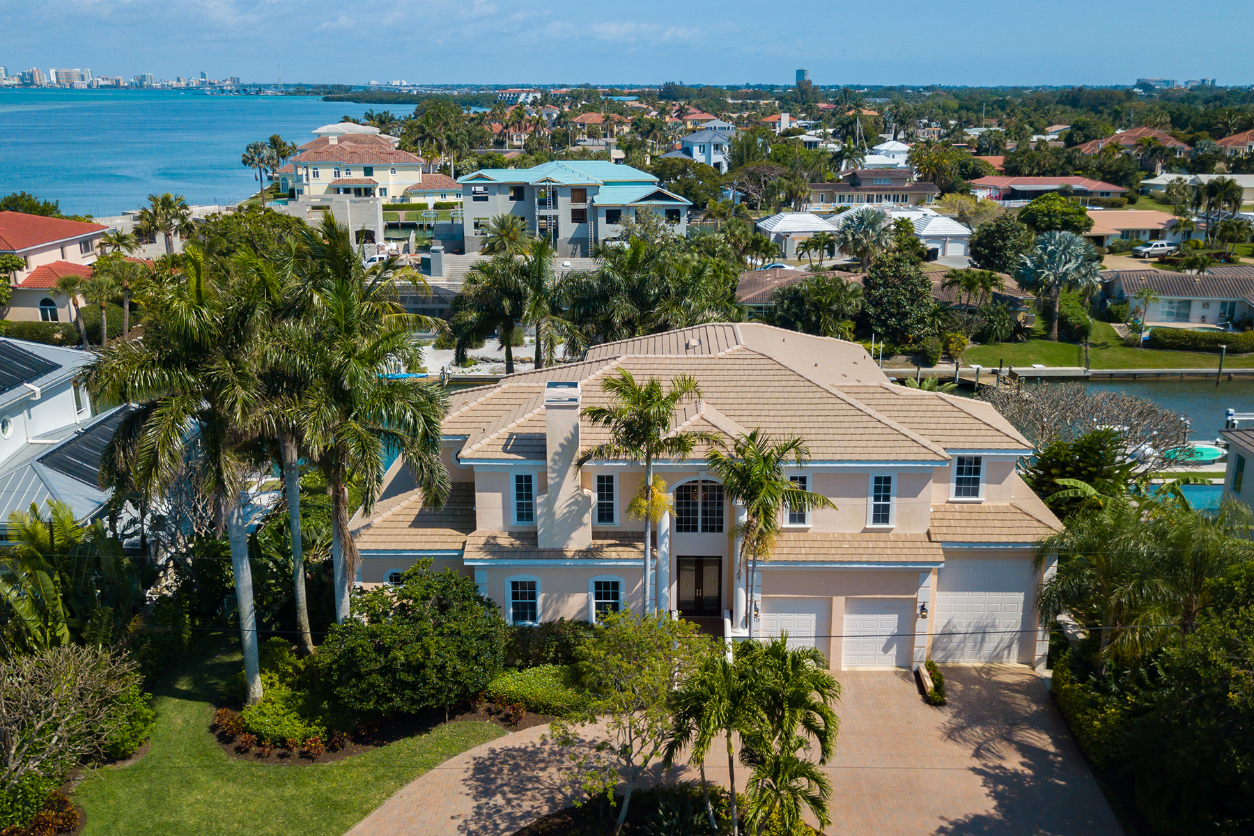 Single Family Homes por un Venta en COUNTRY CLUB SHORES 560 Hornblower Ln, Longboat Key, Florida 34228 Estados Unidos