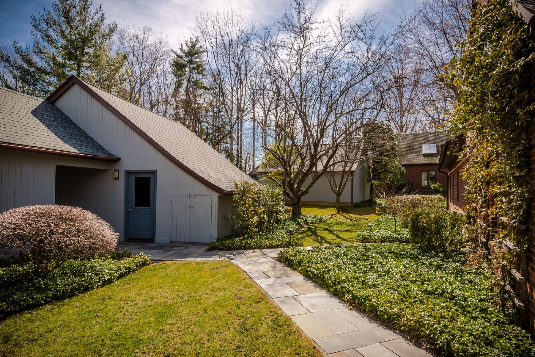 Additional photo for property listing at Tailor-Made for Entertaining in Constitution Hill 29 Constitution Hill West, Princeton, Нью-Джерси 08540 Соединенные Штаты