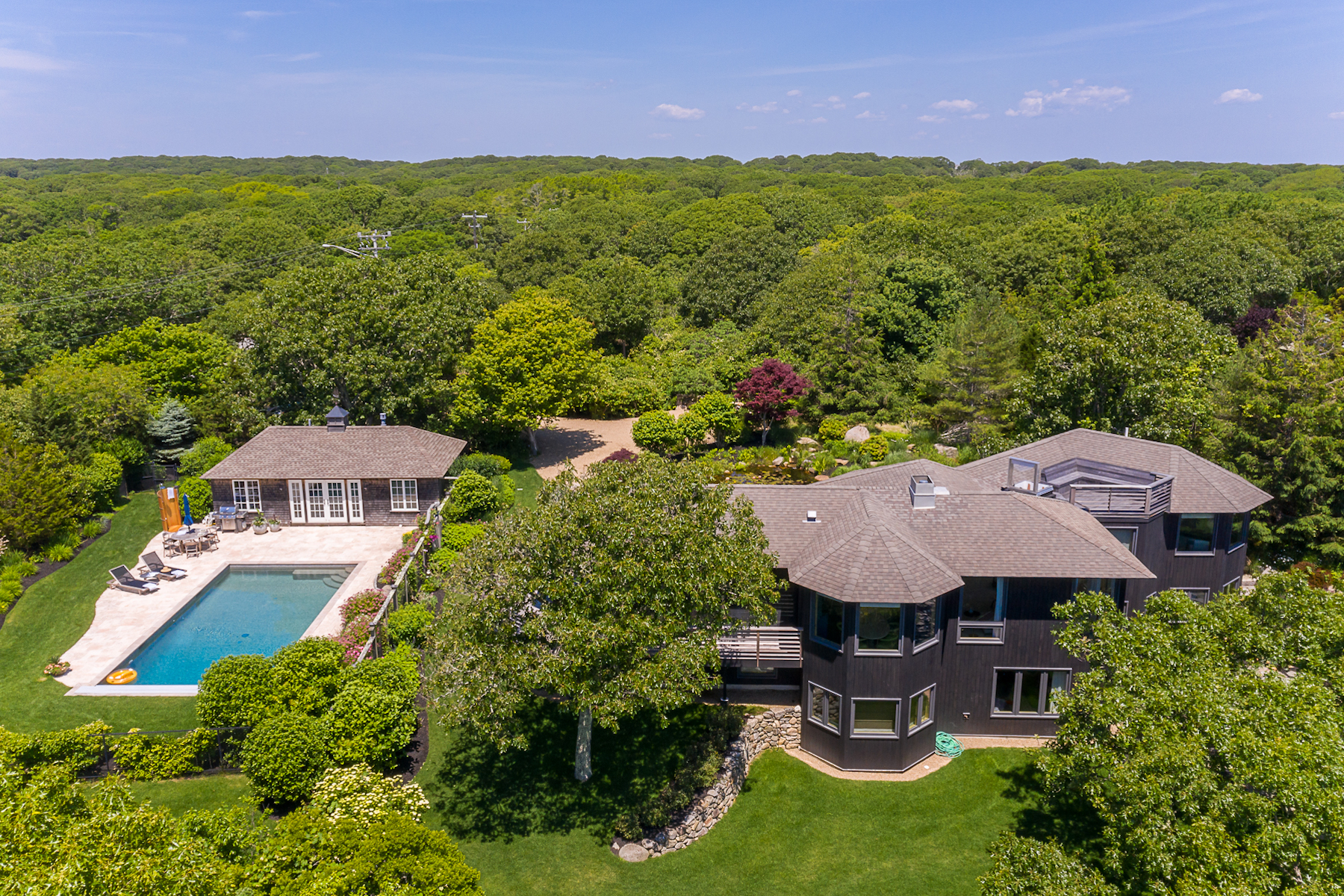 Single Family Homes pour l Vente à waterview home in Aquinnah with a pool 515 State Road Aquinnah, Massachusetts 02535 États-Unis