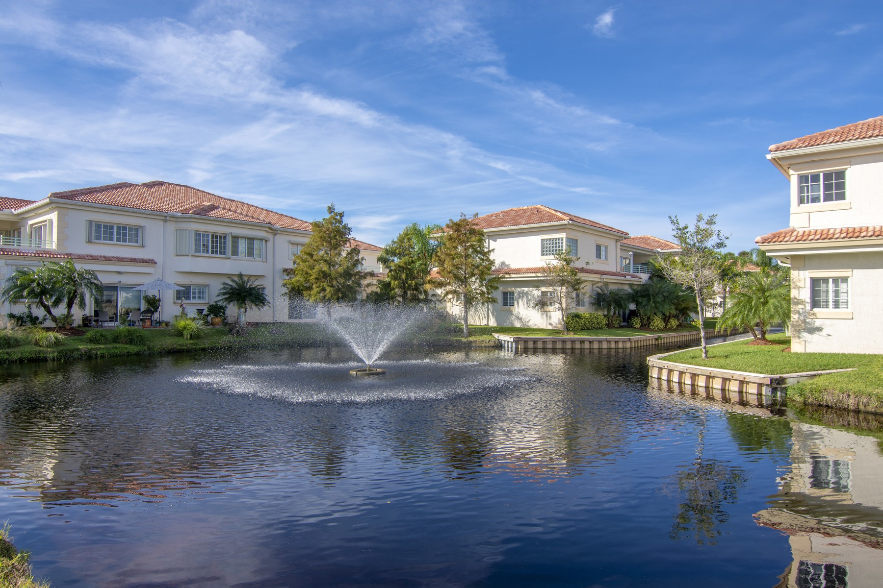 共管式独立产权公寓 为 销售 在 PET FRIENDLY 1st FLOOR CONDO WITH GARAGE 524 7th Square #101A 维罗海滩, 佛罗里达州 32962 美国