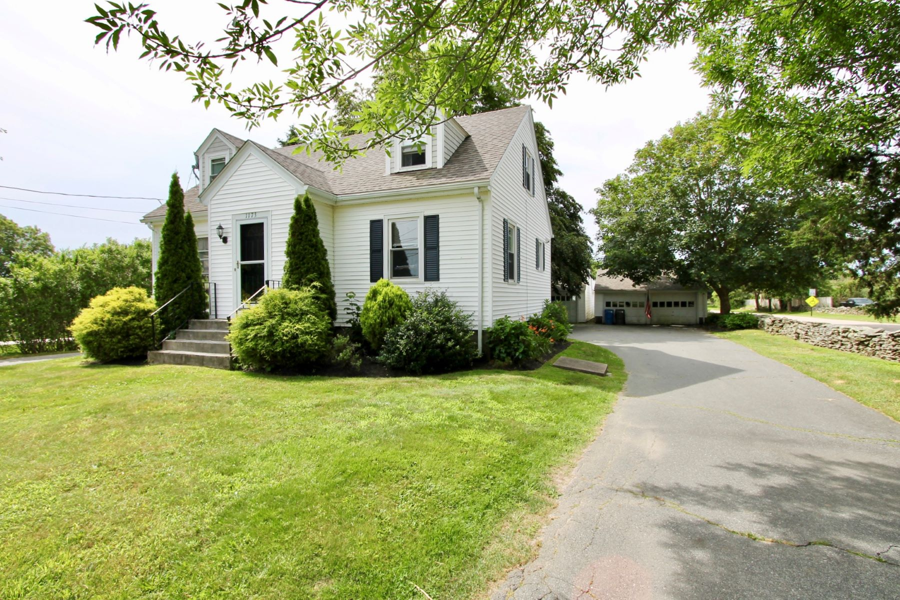 Single Family Homes للـ Sale في Country Cape 1173 Green End Avenue, Middletown, Rhode Island 02842 United States