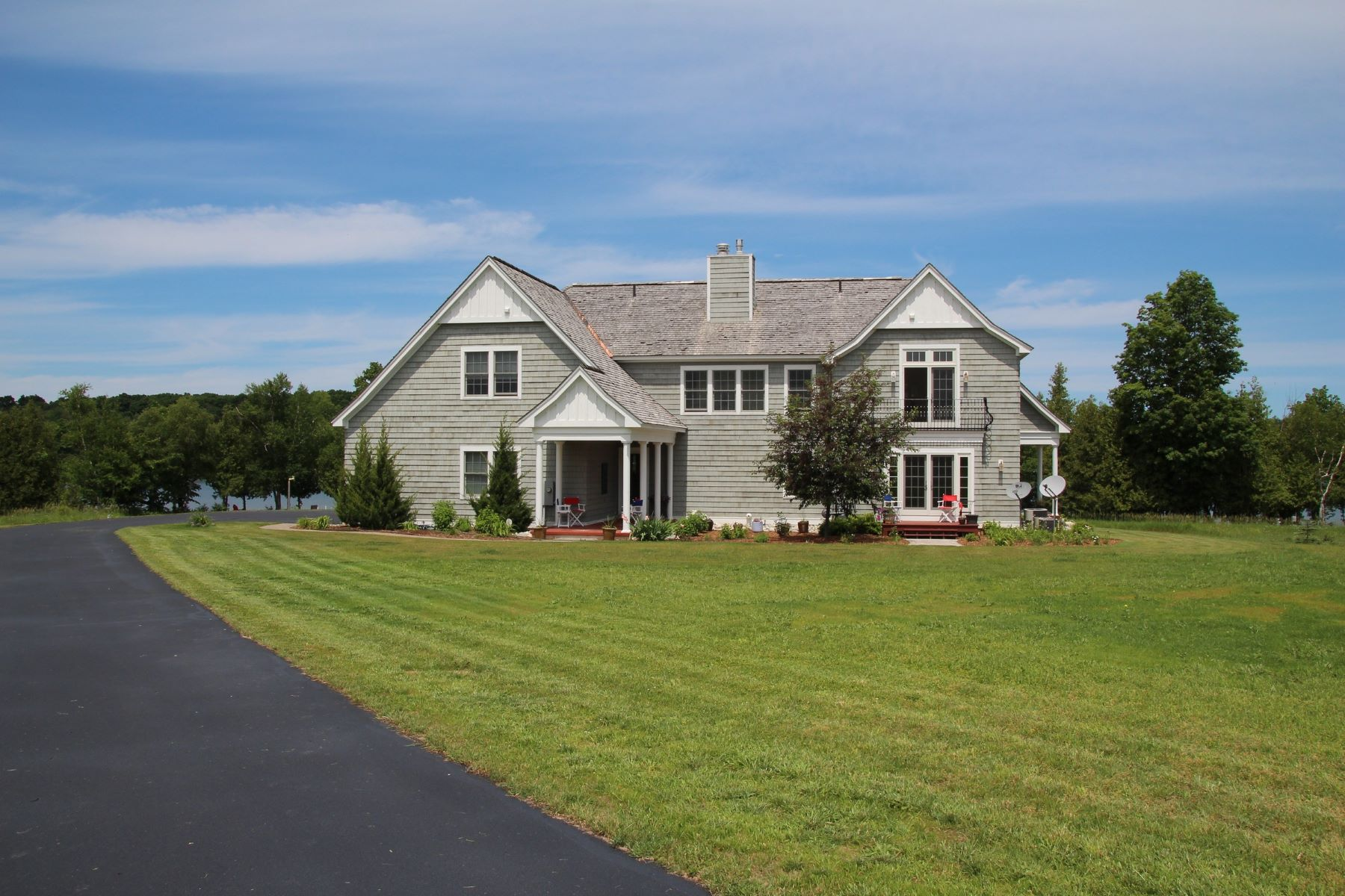 Casa Unifamiliar por un Venta en 07919 Eagle Nest Circle Charlevoix, Michigan, 49720 Estados Unidos