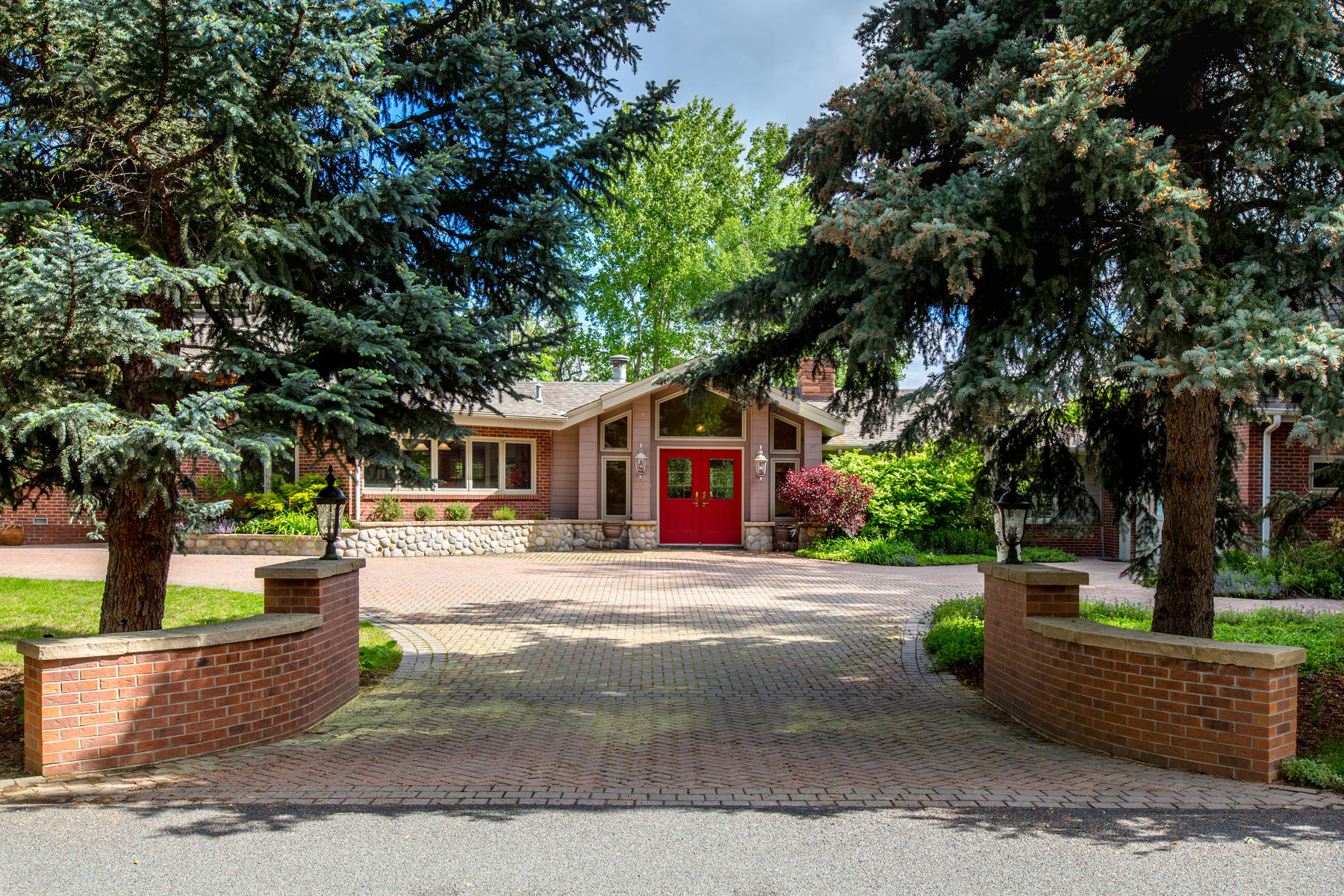 Single Family Homes للـ Sale في Estate-Like Ambiance on 1.21 Acres w/ Custom Ranch Style Floor Plan 35 Martin Lane, Cherry Hills Village, Colorado 80113 United States