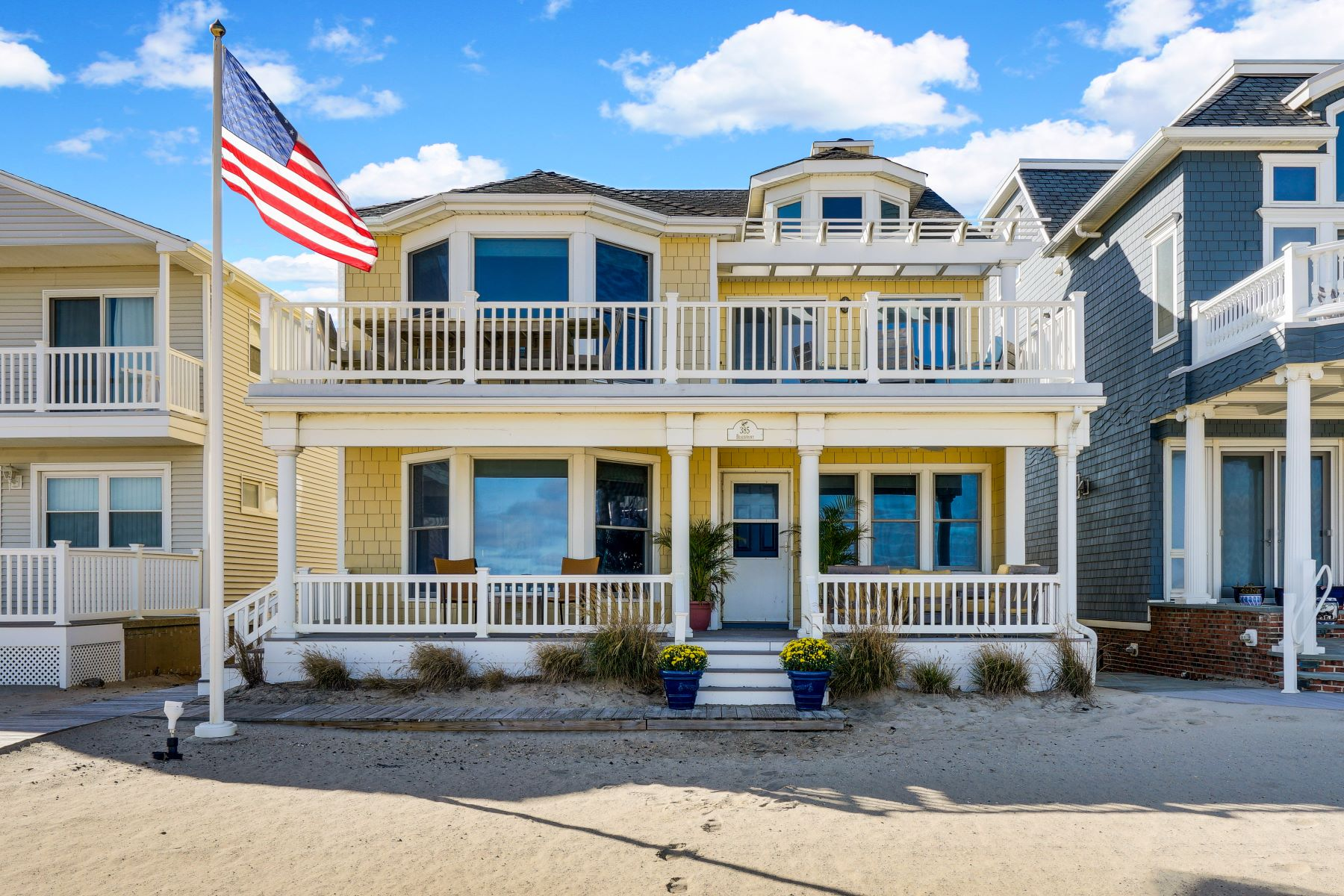 Maison unifamiliale pour l Vente à Enjoy the Magic of Beachfront Living 385 Beachfront, Manasquan, New Jersey 08736 États-Unis