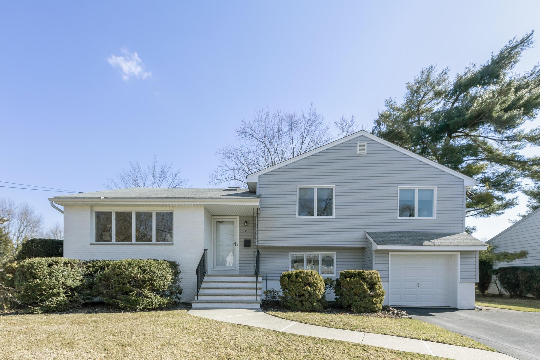 Maison unifamiliale pour l Vente à A Truly Turn-Key Fair Lawn Home. 45 Kershner Place, Fair Lawn, New Jersey 07410 États-Unis