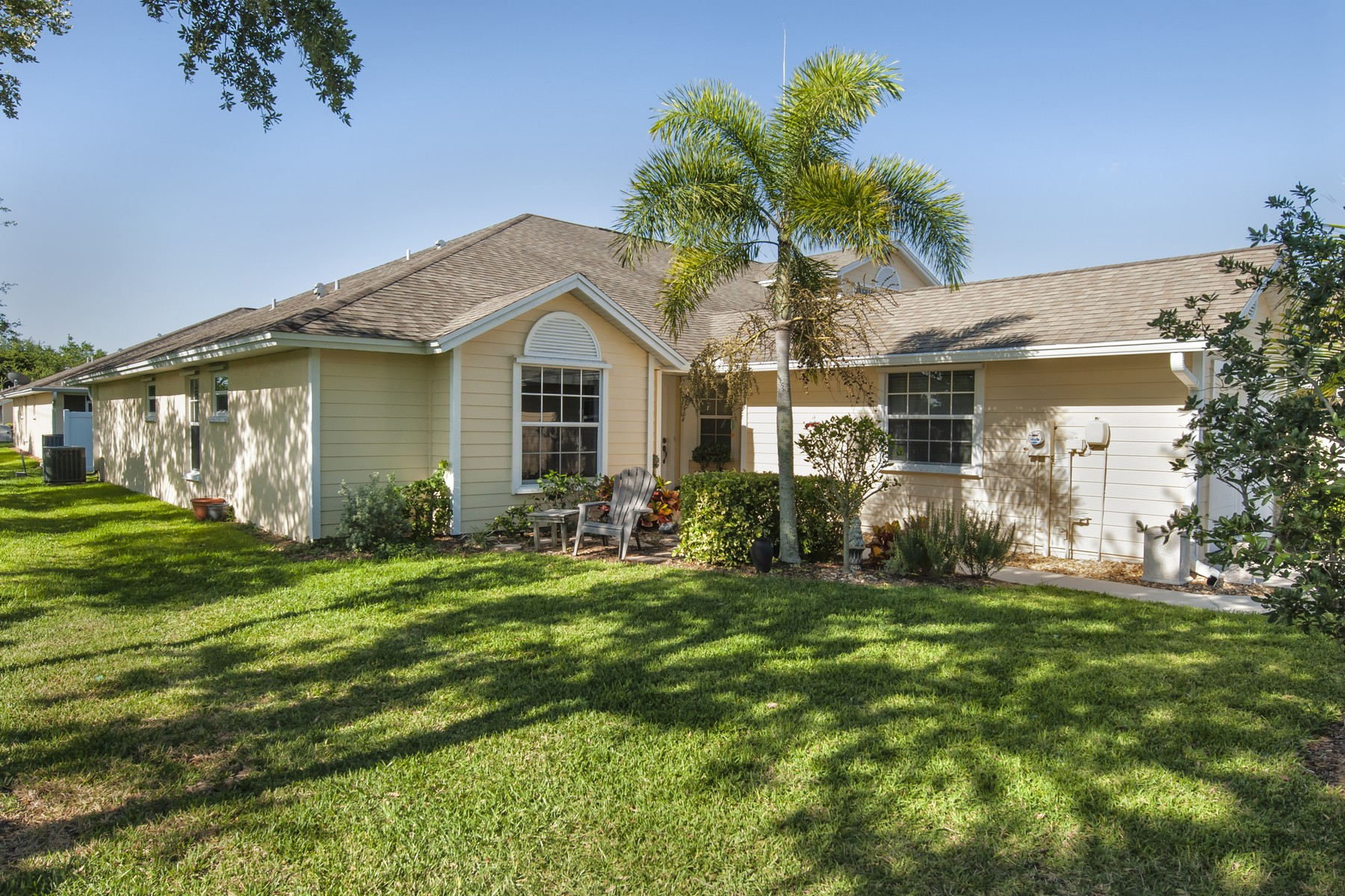 single family homes for Sale at Adorable Cottage-Like Home with Charming Features Throughout. 489 6th Manor Vero Beach, Florida 32962 United States