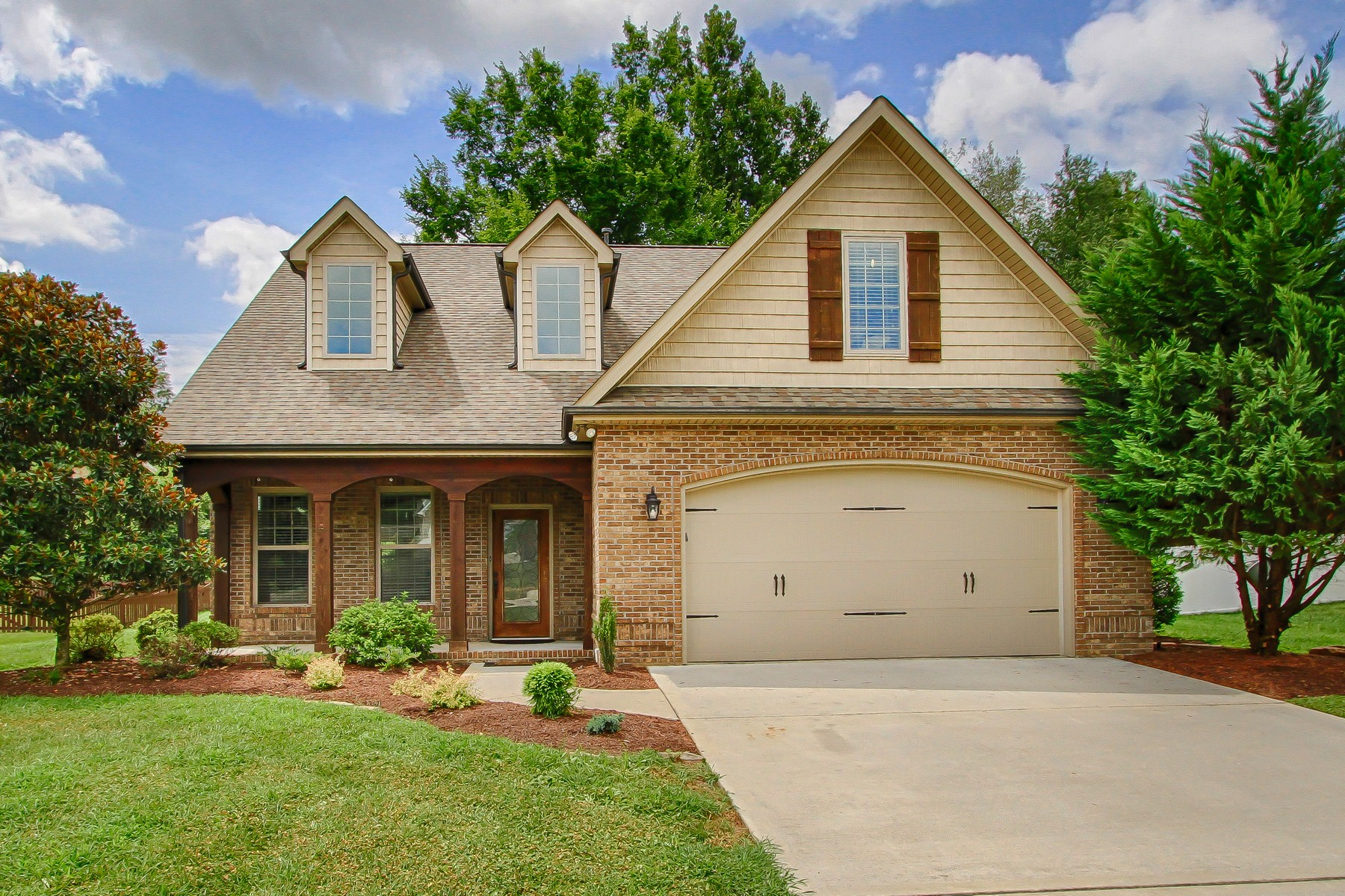 Single Family Homes por un Venta en Charming Two Story in Harrison Glen 511 Glenbrook Drive Lenoir City, Tennessee 37771 Estados Unidos