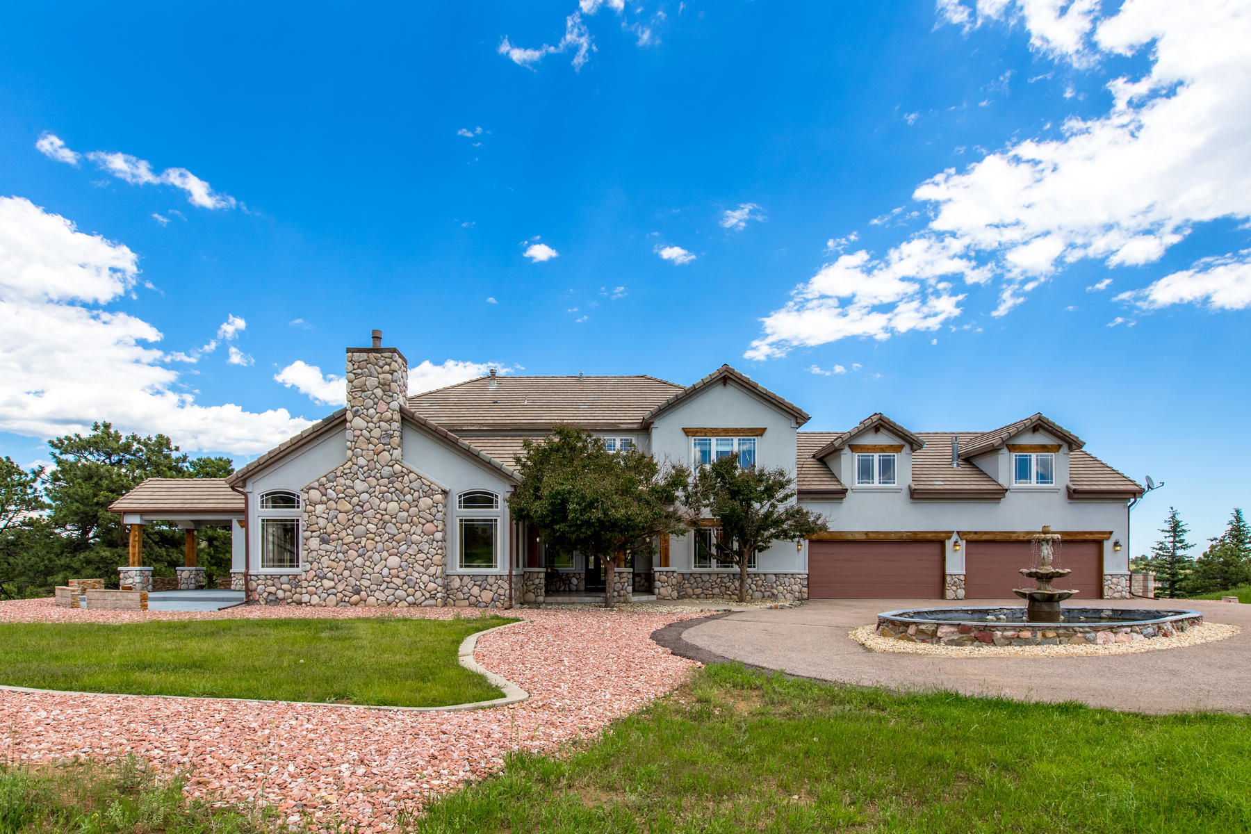 Single Family Homes por un Venta en Executive Living with Mountain Ambiance in the Exclusive Riva Chase Community 829 Eastwood Drive, Golden, Colorado 80401 Estados Unidos