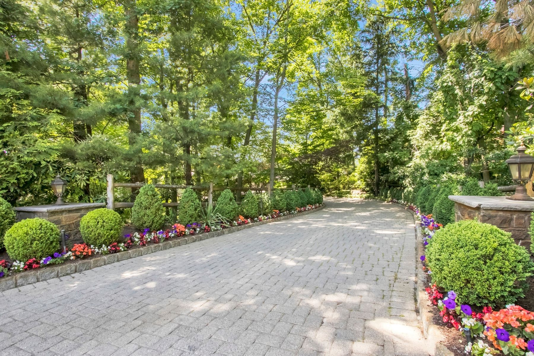 single family homes pour l Vente à Spectacular Colonial 7 Stonybrook Rd, Tenafly, New Jersey 07670 États-Unis